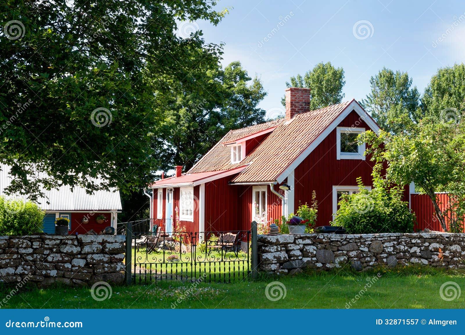Casa De Campo Pintada Vermelho Na Ilha Oeland Fotografia de Stock Royalty Free Imagem