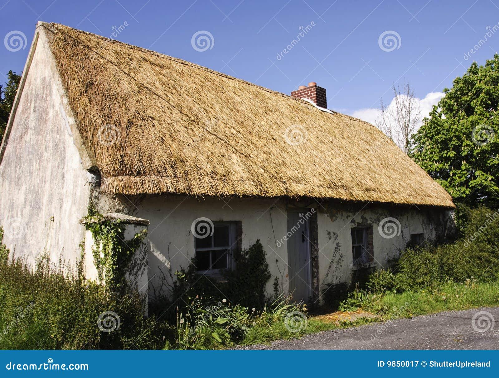 Casa de campo thatched velha bonita