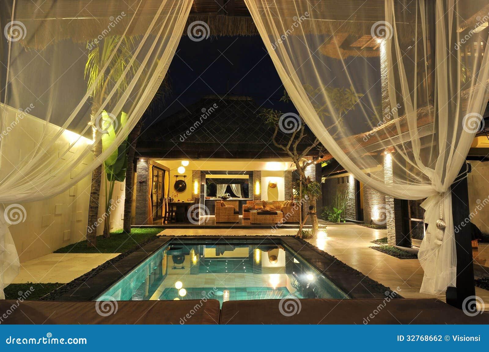 Casa de campo tropical moderna com piscina fotografia de - Piscina casa de campo ...