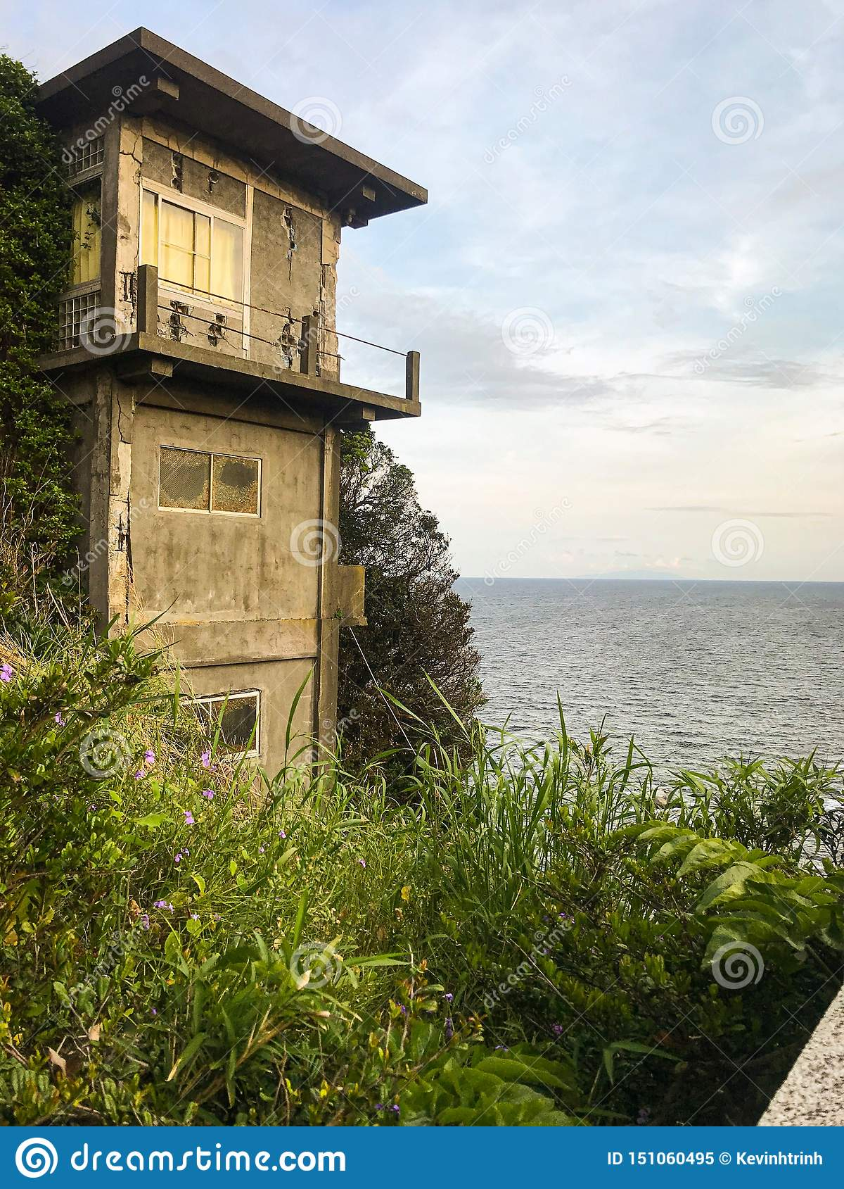 Casa de cidade japonesa escondida do lado de mar