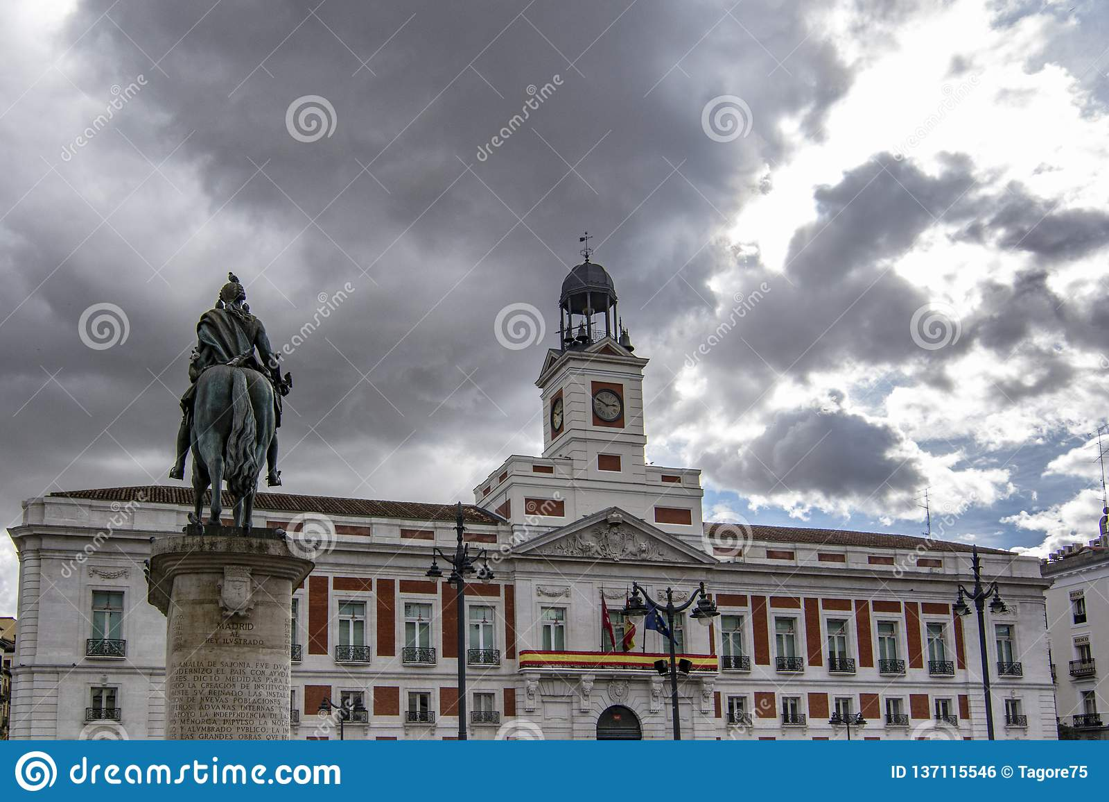 Casa de Correos och den rid- statyn av Carlos III i Madrid, Spanien