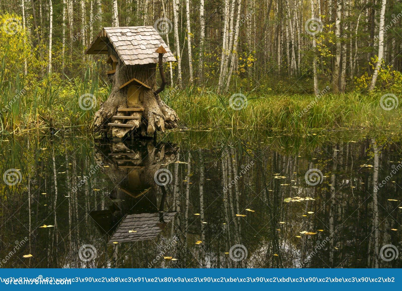Casa de criaturas fabulosas en el pantano