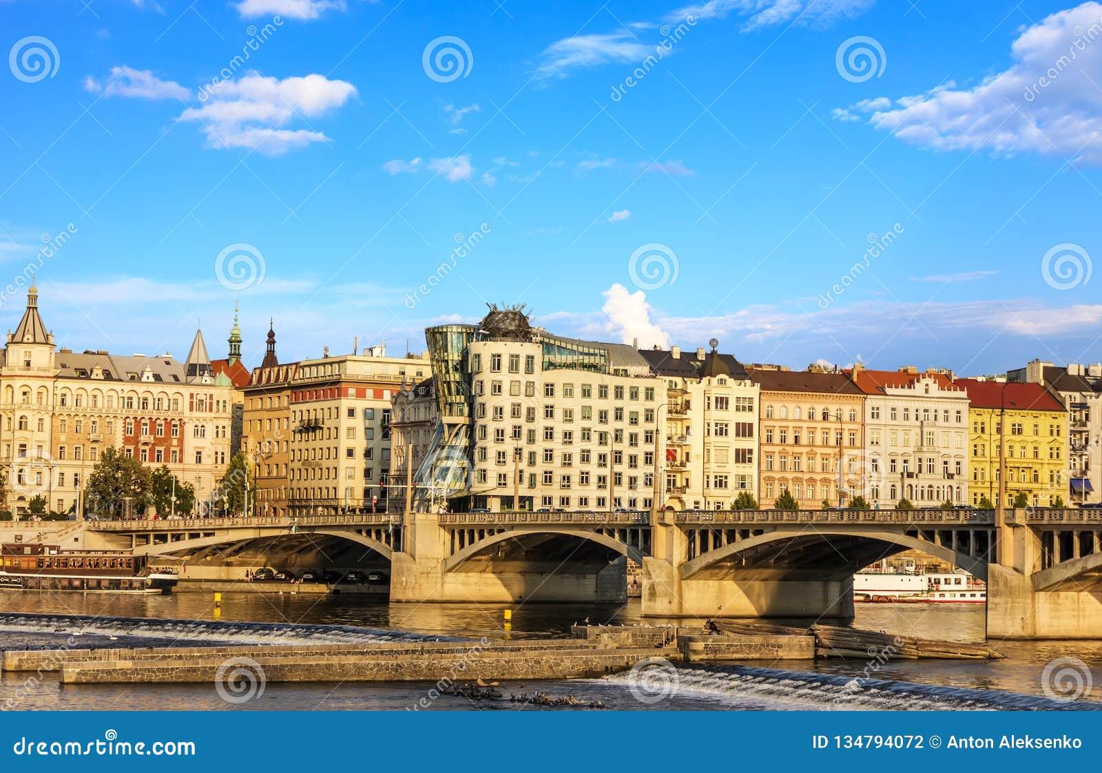 Casa de dança em Praga e ponte da ponte de Jirasek sobre o Vltav