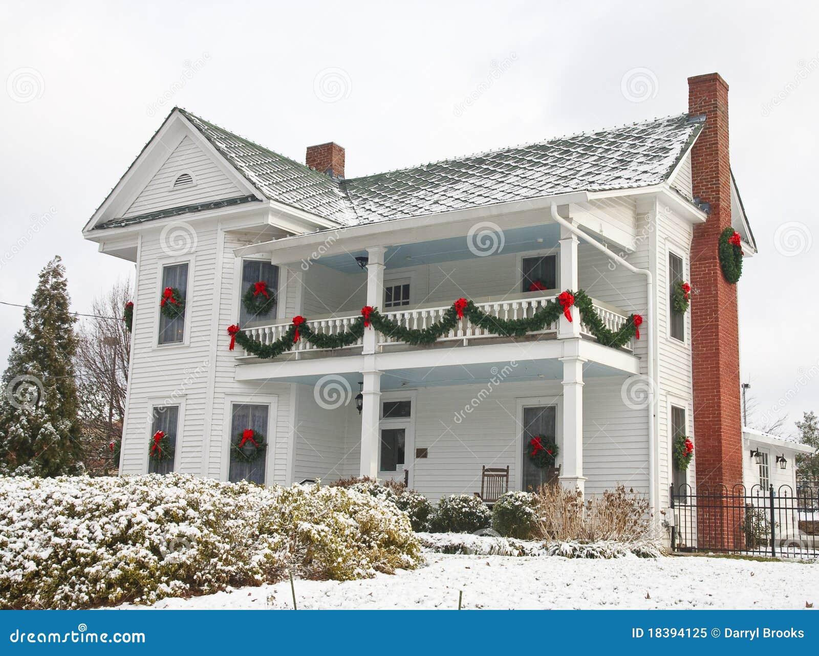 Casa de dos pisos blanca adornada para la navidad imagen - Casas adornadas de navidad ...