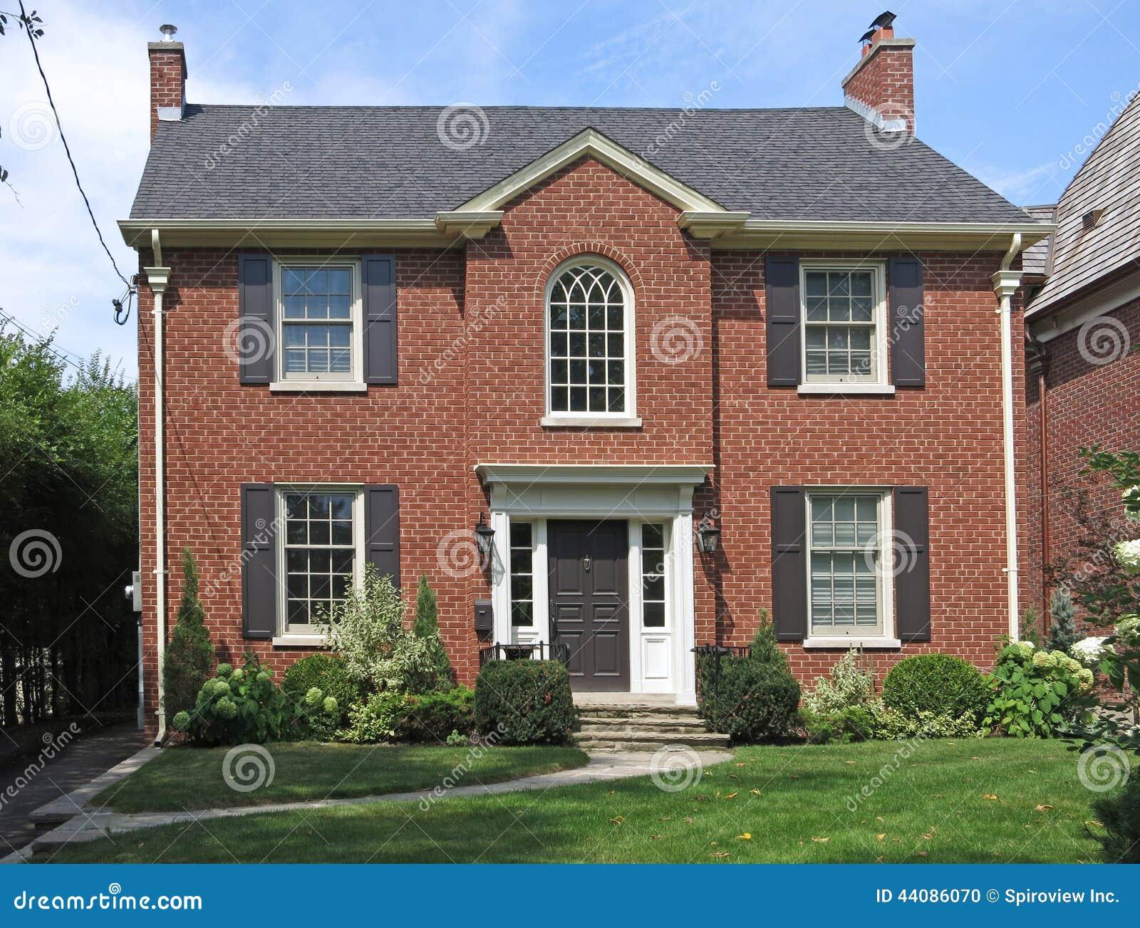 Casa de dos pisos del ladrillo foto de archivo imagen de frente obturadores 44086070 - Casa de ladrillos ...