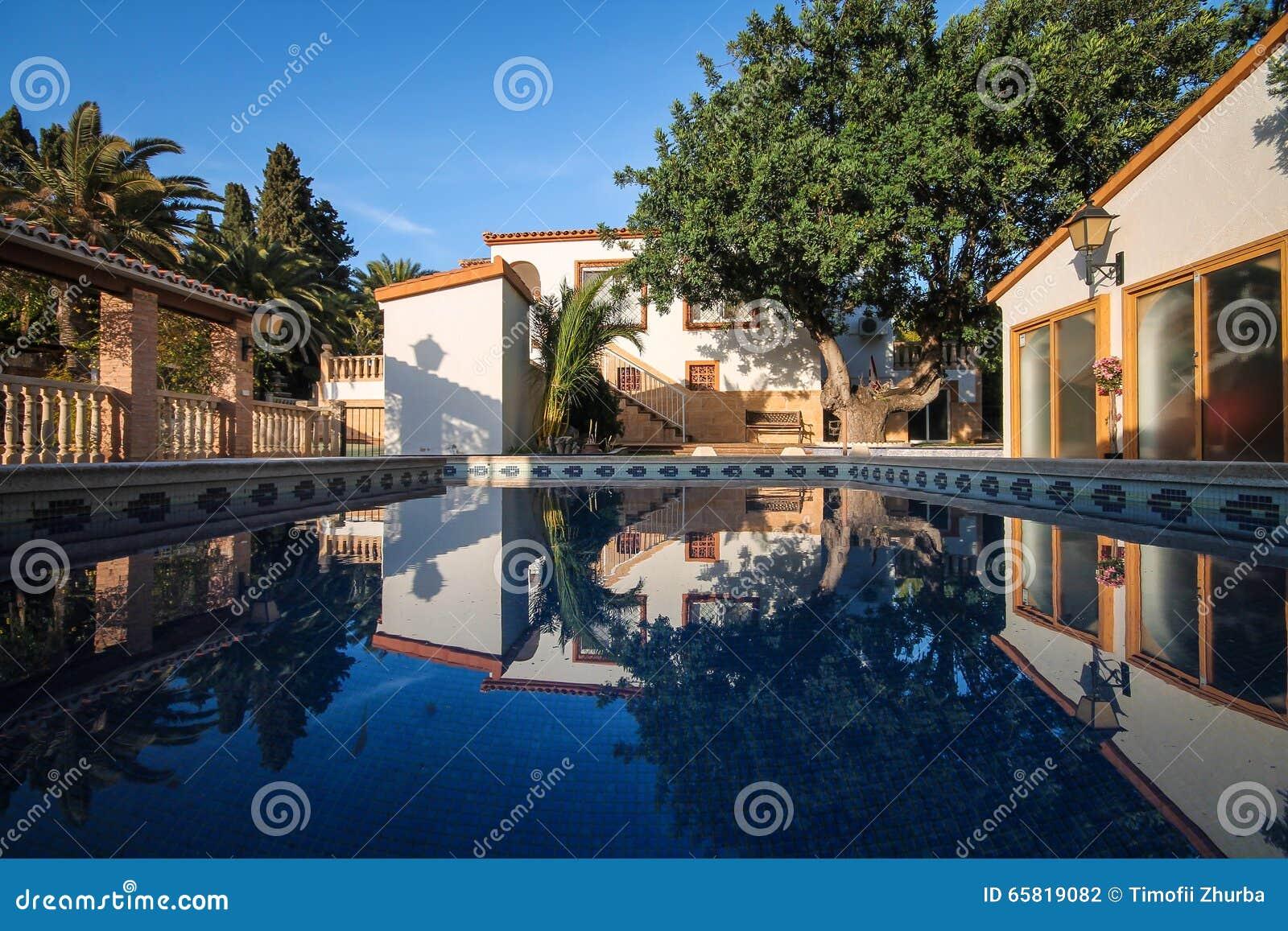 Casa de dos pisos en el estilo espa ol cl sico con una piscina grande foto de archivo imagen - Pisos con piscina en madrid ...