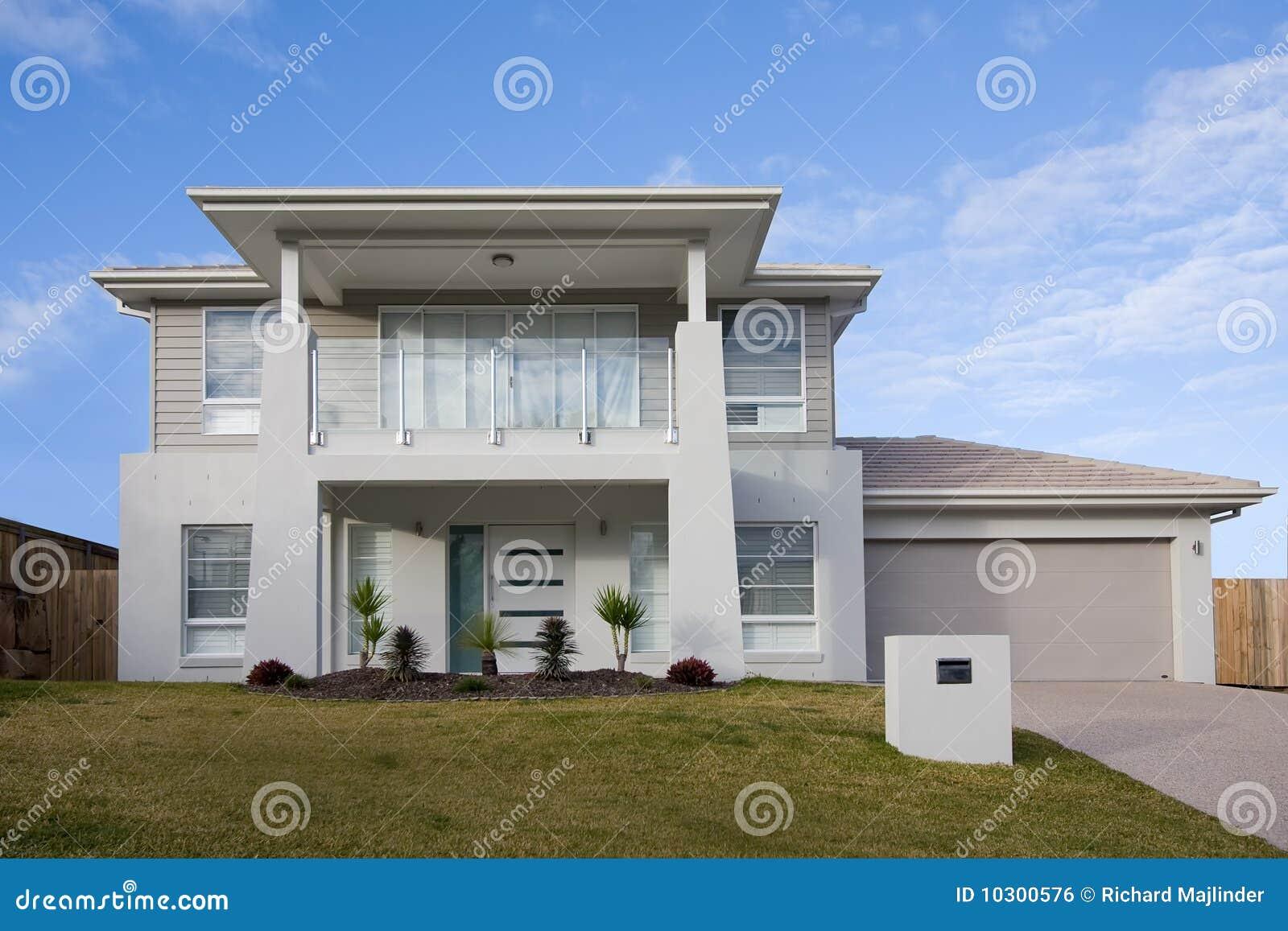 Casa de dos pisos moderna con un balc n foto de archivo for Fotos de casas modernas con balcon