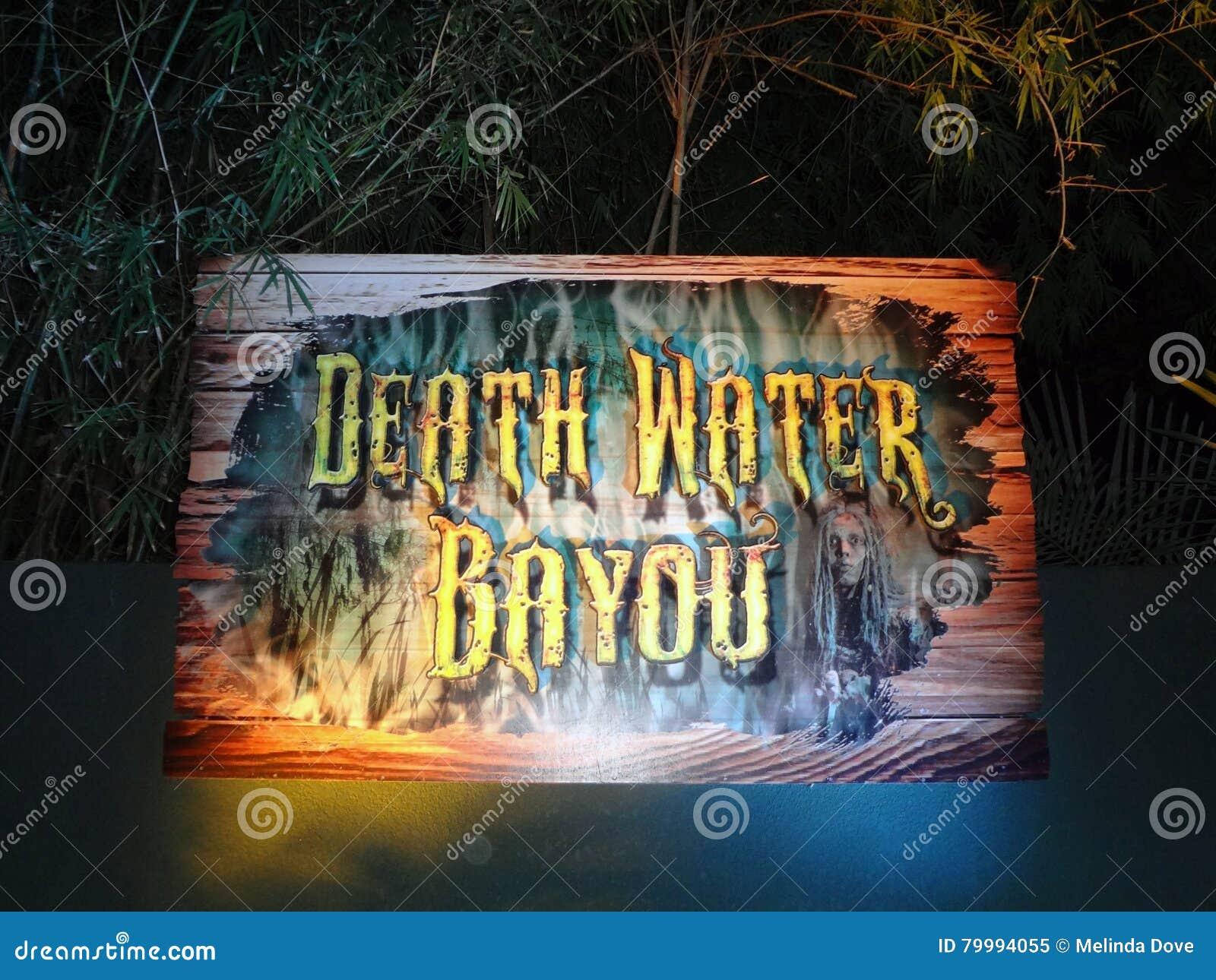 Casa de Hanted del pantano del agua de la muerte en el Aullido-O-grito en los jardines de Busch