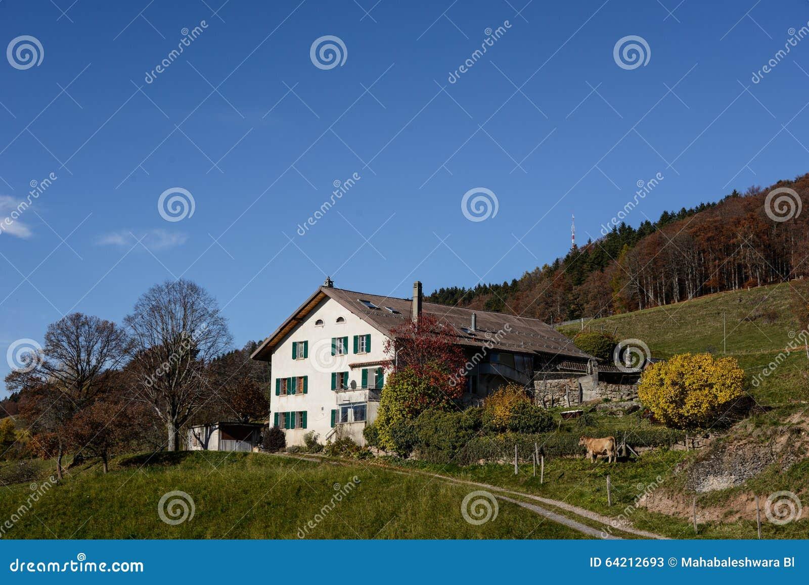 Casa de la granja en el top de la montaña