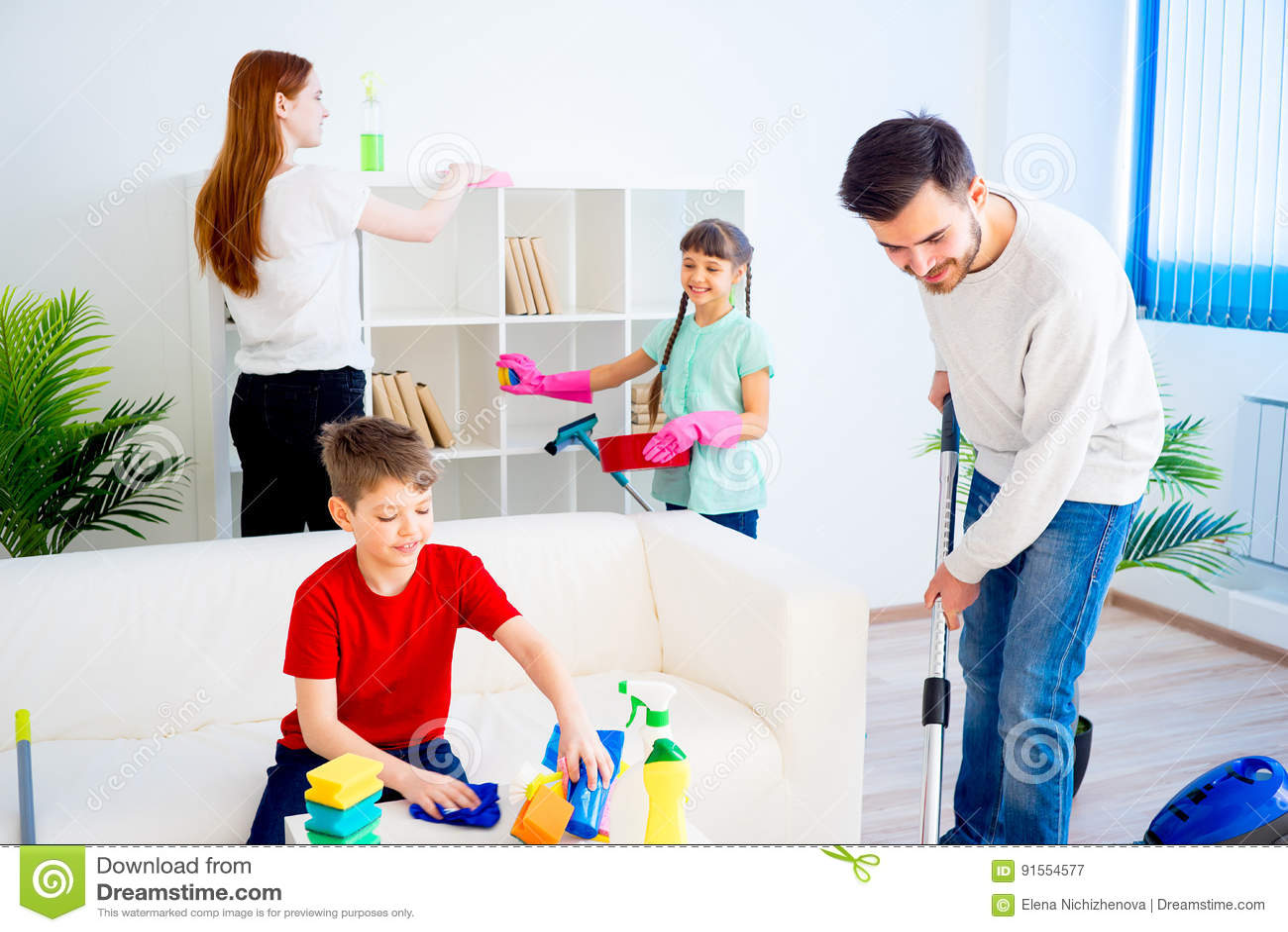 Casa de la limpieza de la familia imagen de archivo - Fotos de limpieza de casas ...