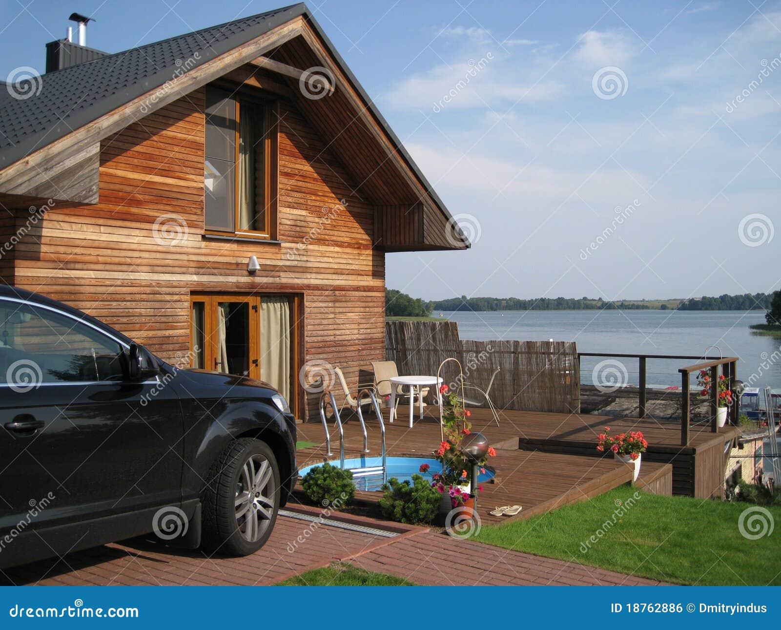 Casa de la opinión del lago con la piscina del coche y