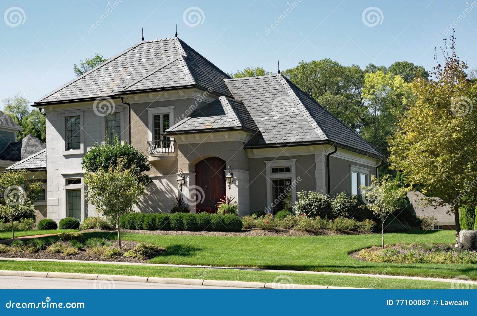 Casa de la piedra y del estuco con el tejado de pizarra foto de archivo imagen 77100087 - La casa en el tejado ...