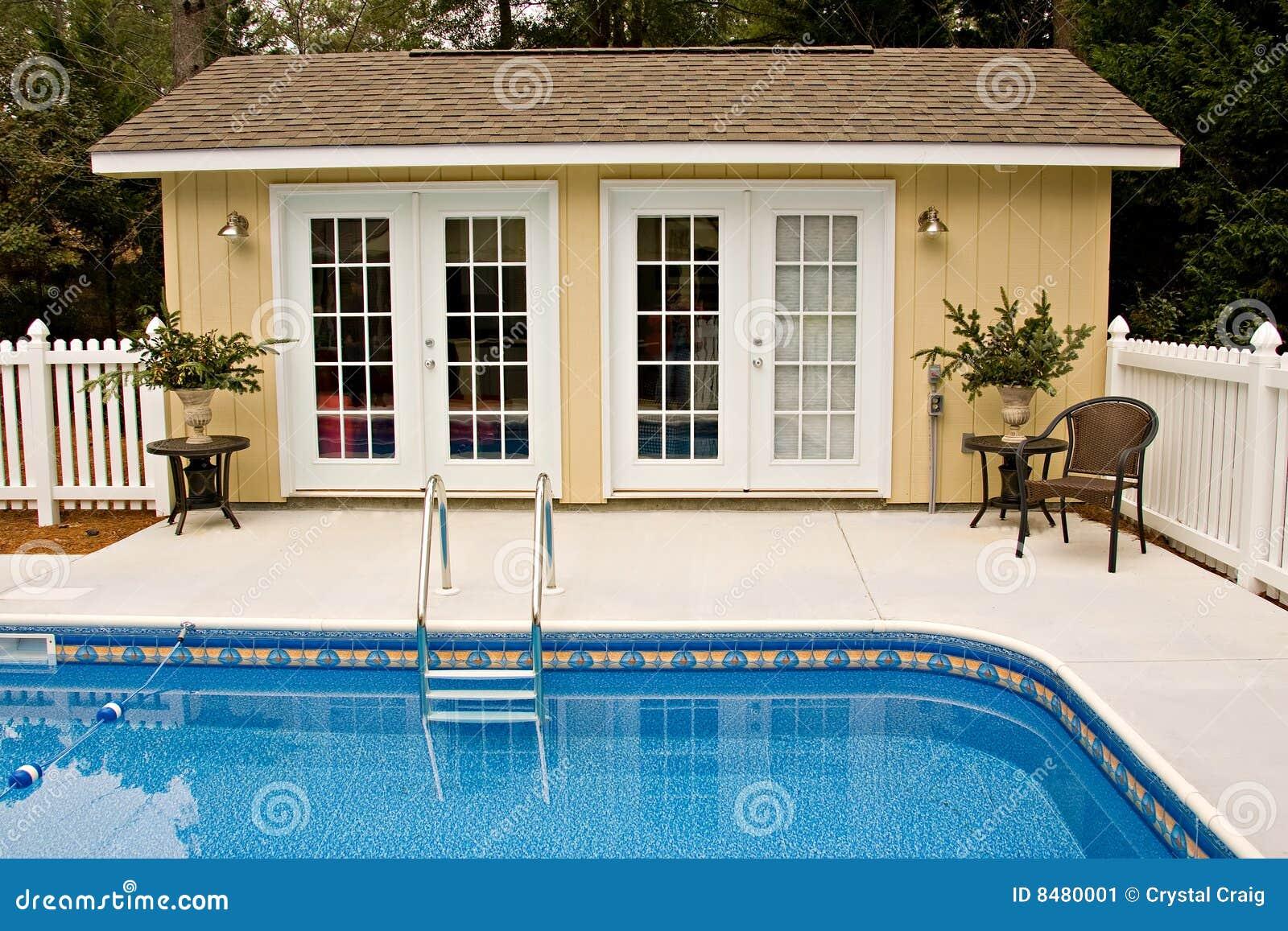 Casa de la piscina del patio trasero imagen de archivo for Piscinas en el patio de la casa