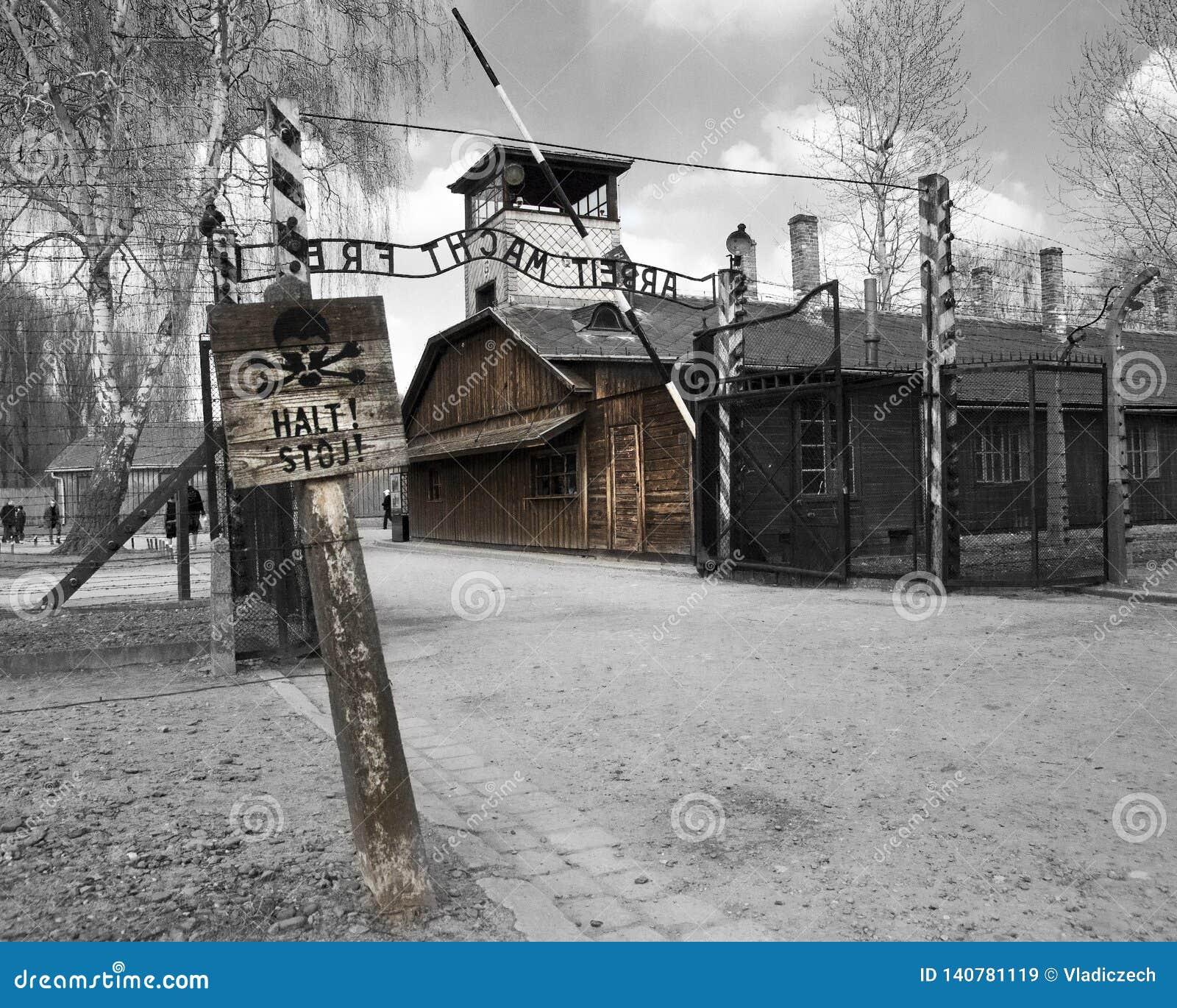 Casa de la puerta de Oswiecim con la muestra del frei del macht de Arbeit del sitio interior