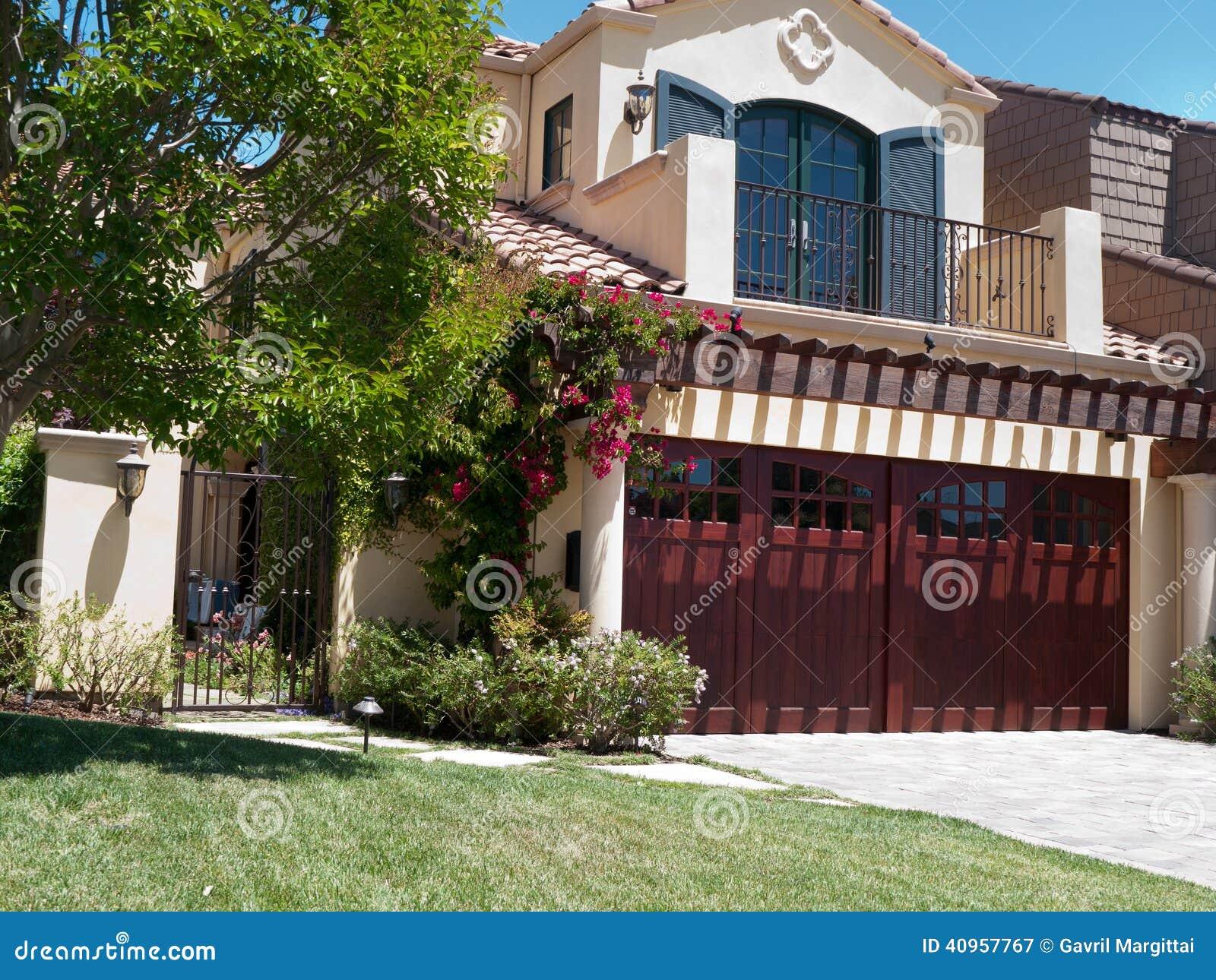 Casa de lujo con el frontyard grande