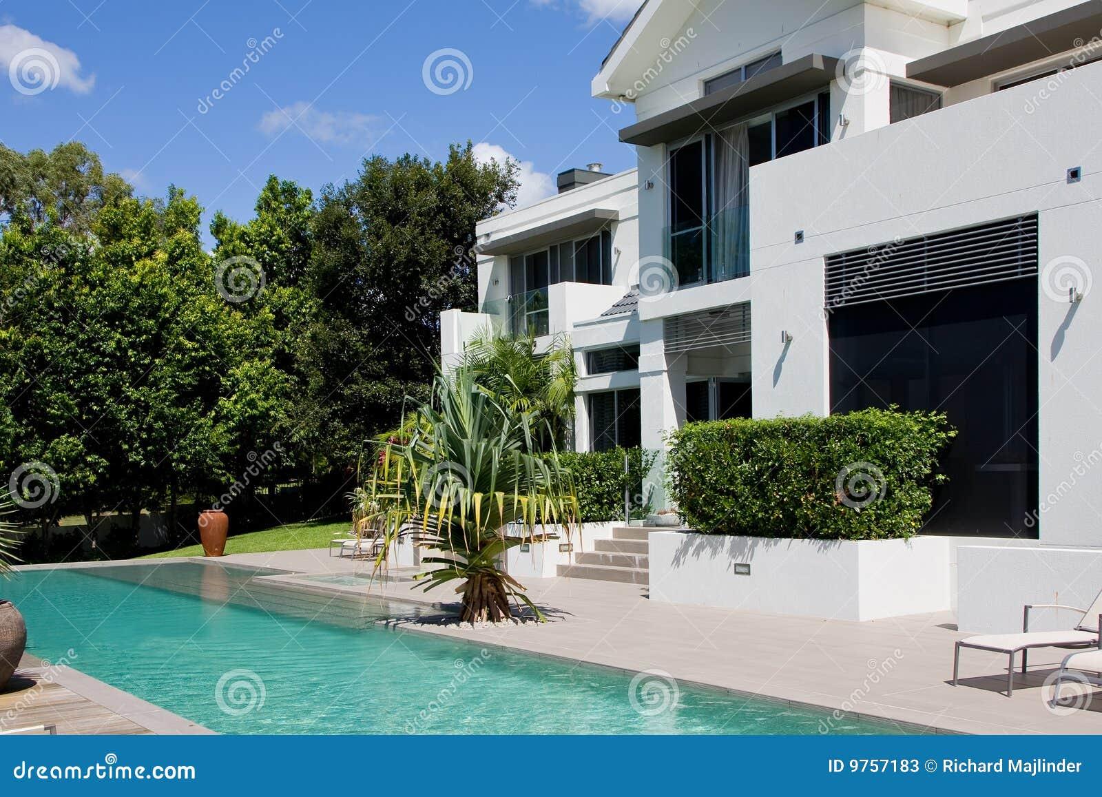 Casa de lujo con la piscina del infinito fotos de archivo for Casas estrechas y alargadas