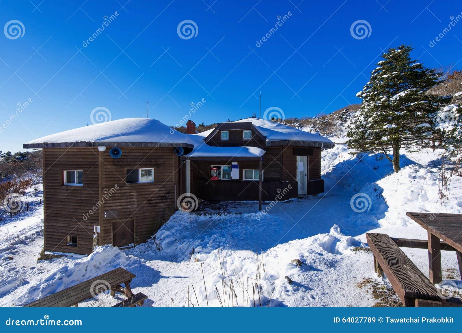Casa de madeira em montanhas no inverno, Coreia de Deogyusan