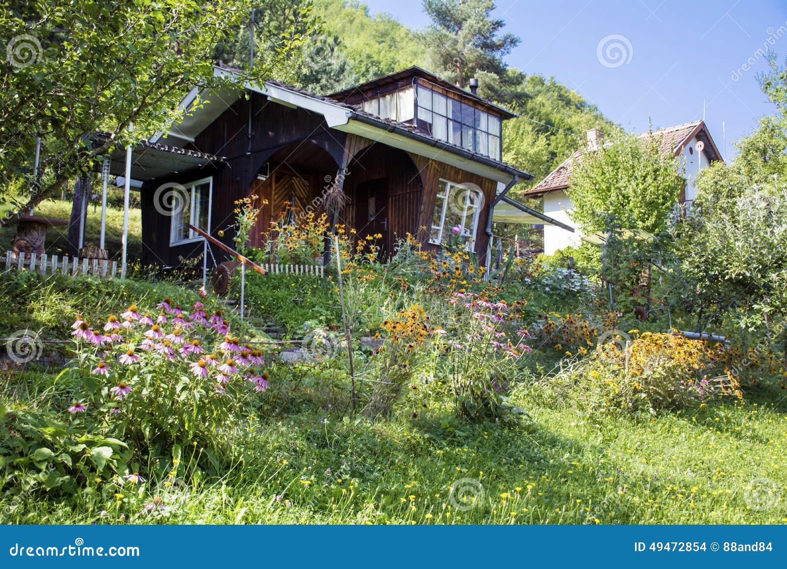 Casa de madeira marrom bonita com o jardim verde grande for Casas con jardin grande