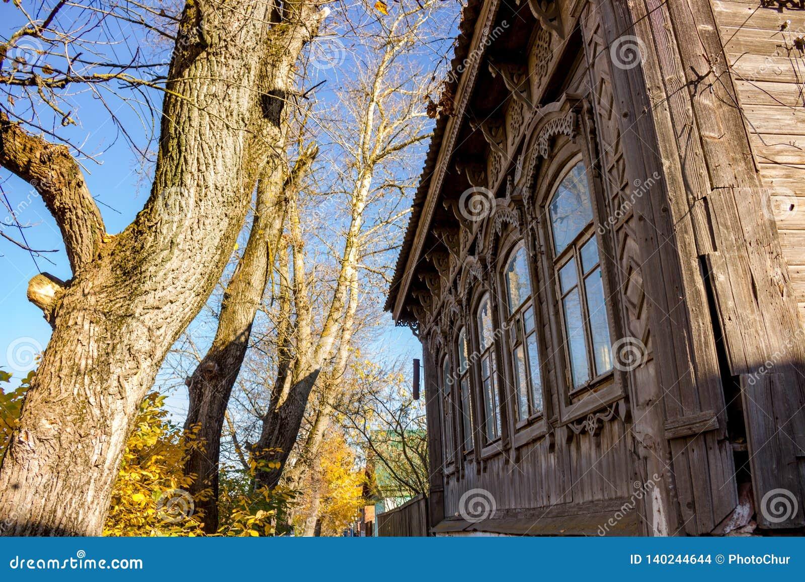 Casa de madeira velha da arquitetura tradicional Borovsk, Rússia Em outubro de 2018