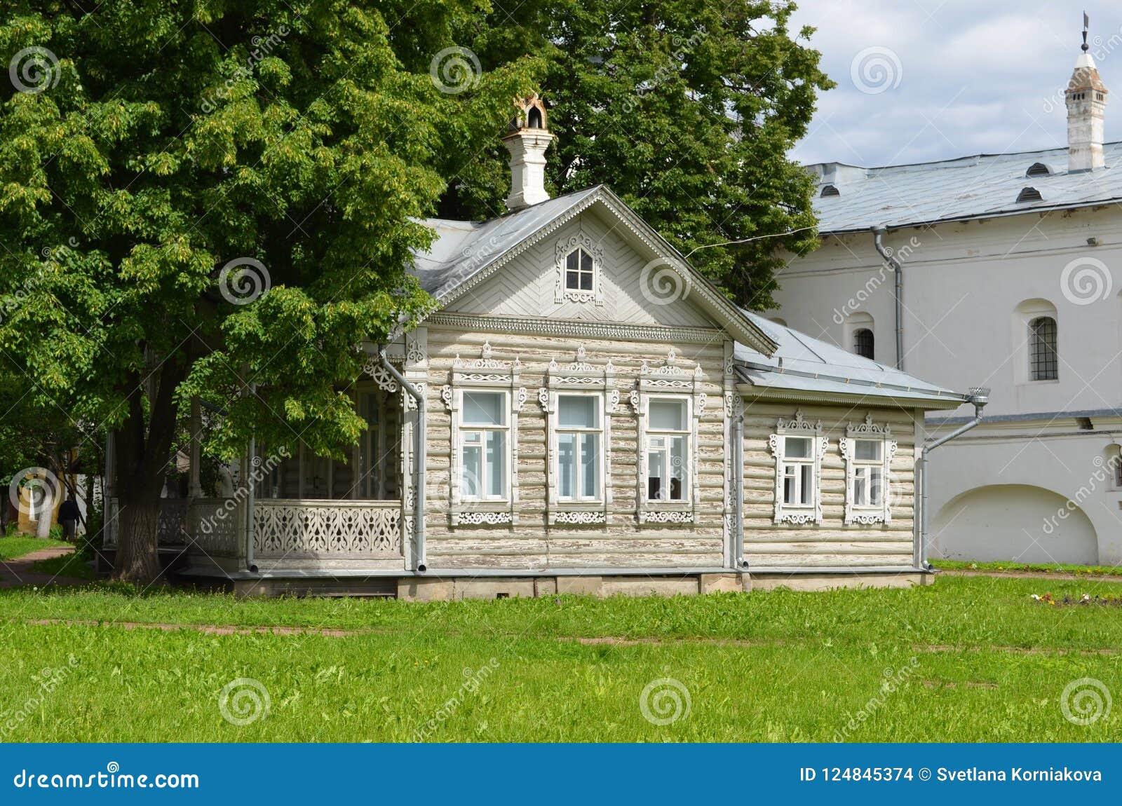 Casa de madeira velha dentro do Kremlin Rússia de Vologda