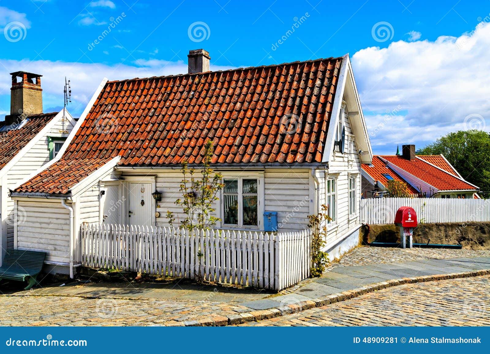 Casa de madera blanca con el tejado de teja foto de for Tejados de madera con teja