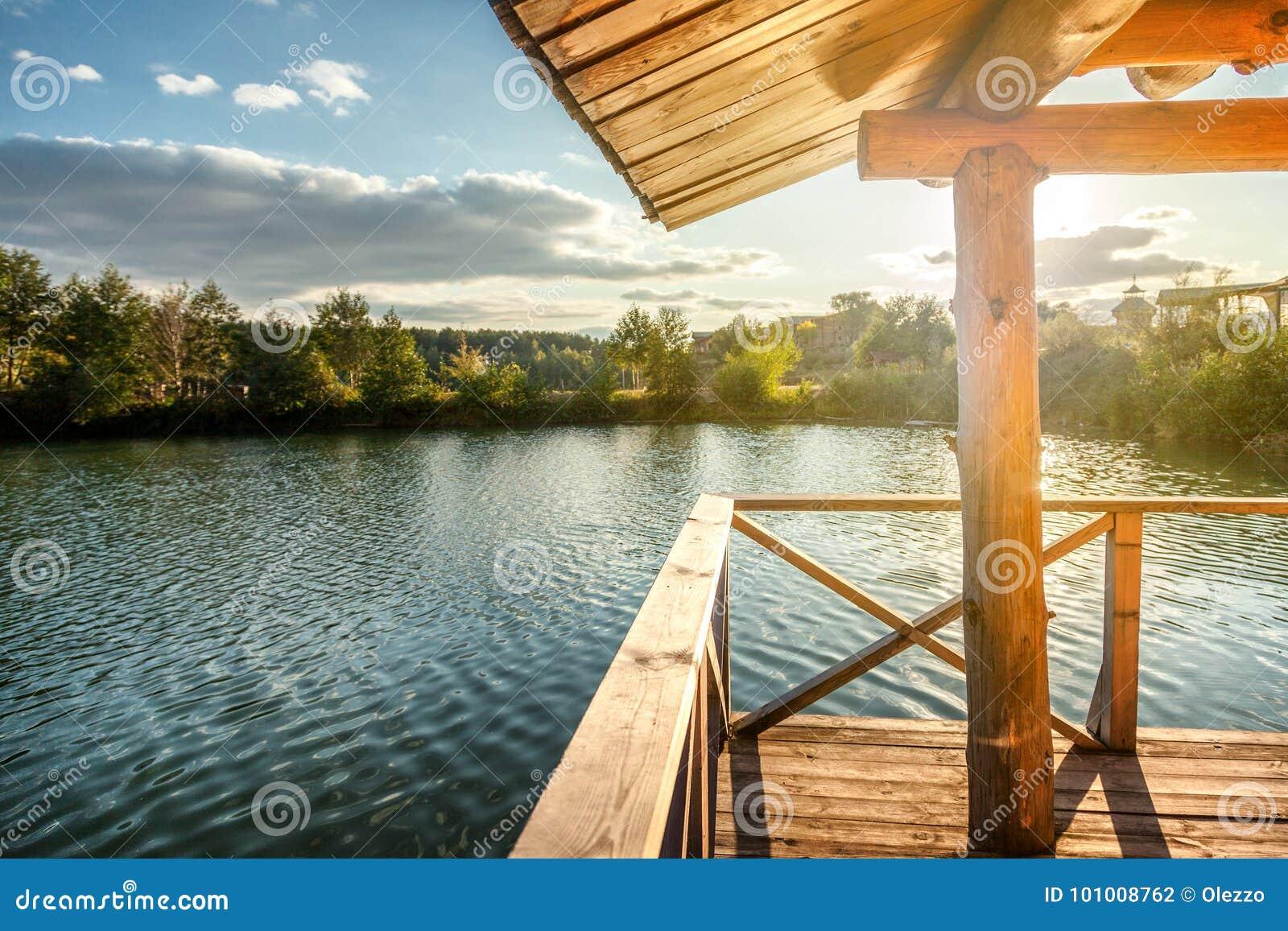 Casa De Madera Con Una Terraza En El Agua En El Lago En La