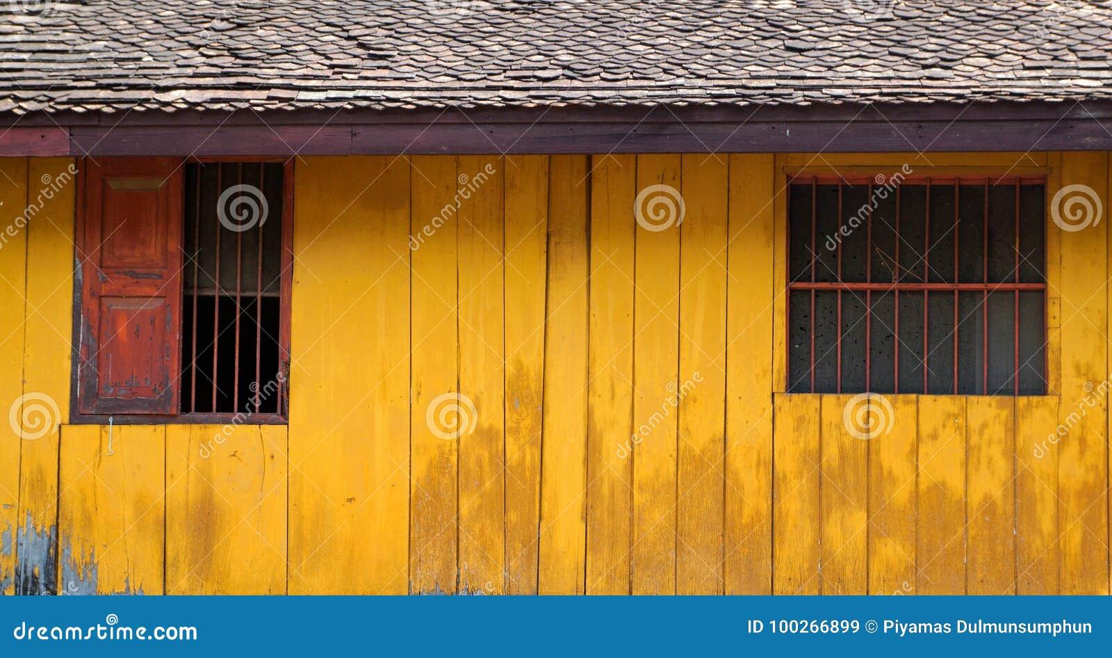 Casa De Madera Del Vintage Con La Pared De Madera Amarilla Y Rustico