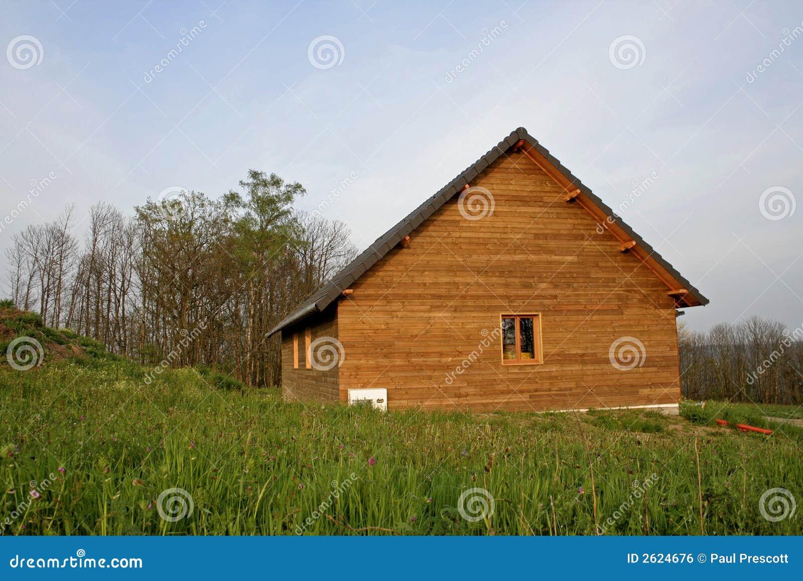 Casa de madera en campo imagen de archivo libre de - Casas de campo madera ...