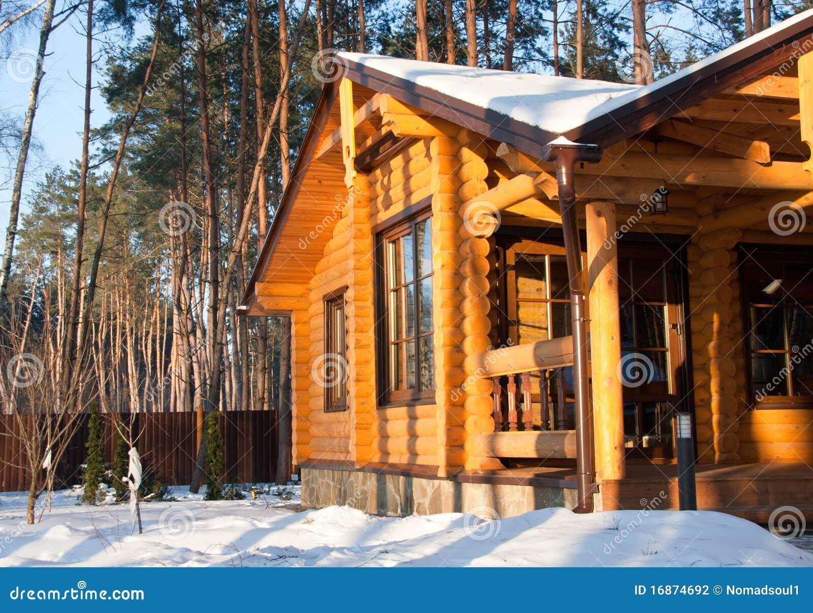 Casa de madera en el bosque del pino foto de archivo - Casas de madera de pino ...