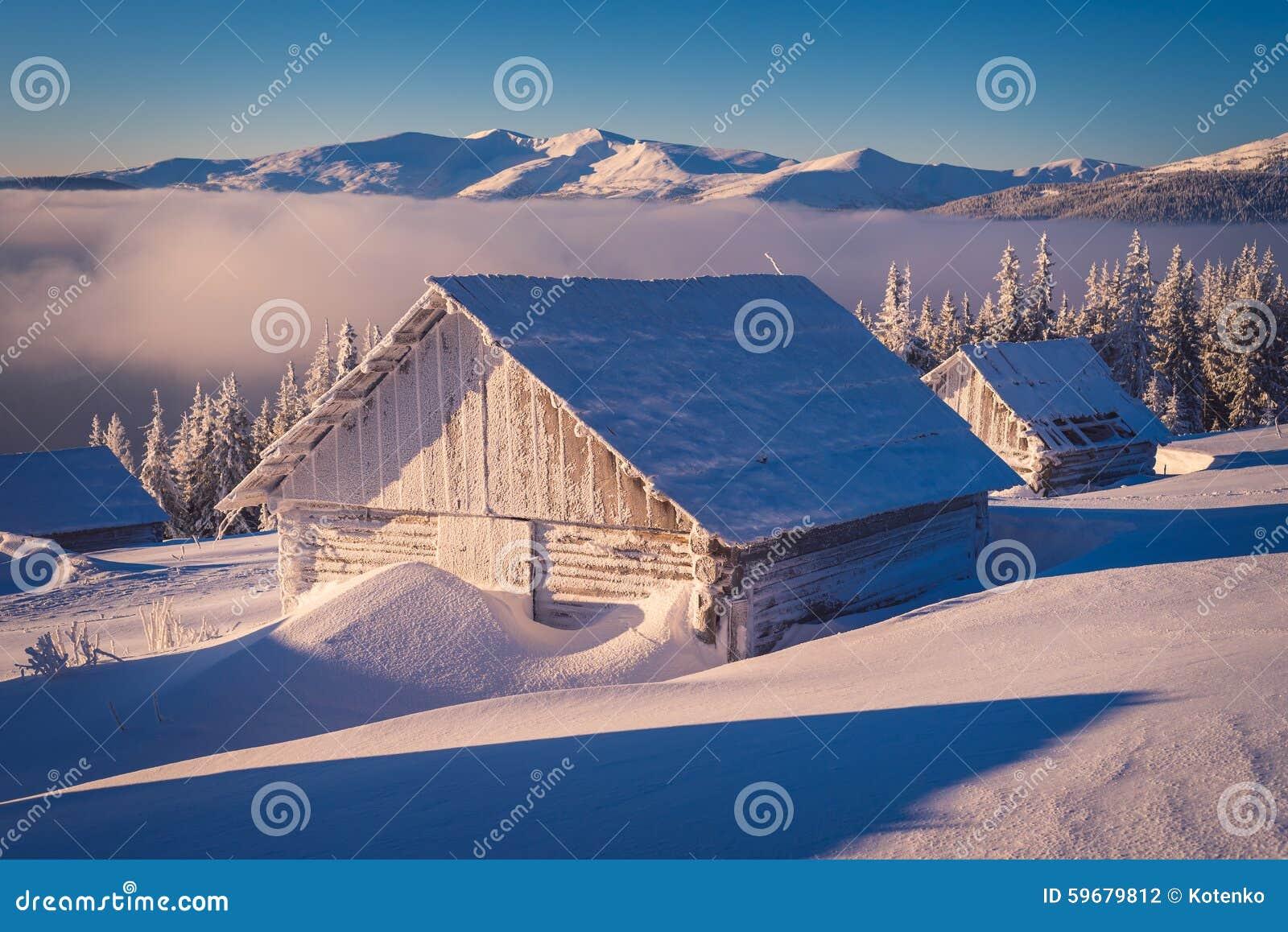 Casa de madera en la nieve