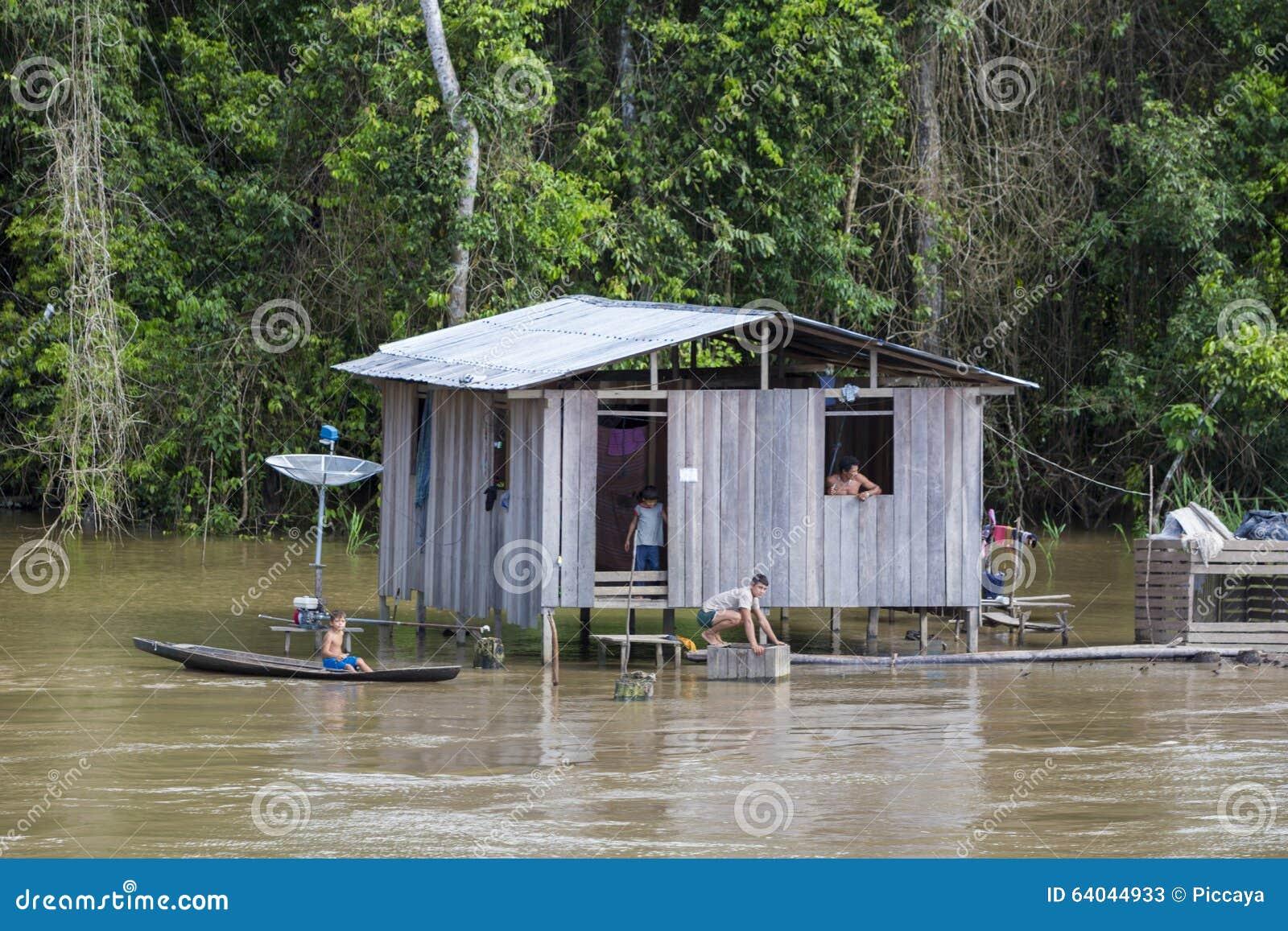 Casa De Madera En Los Zancos A Lo Largo Del Río Amazonas Y De La ...