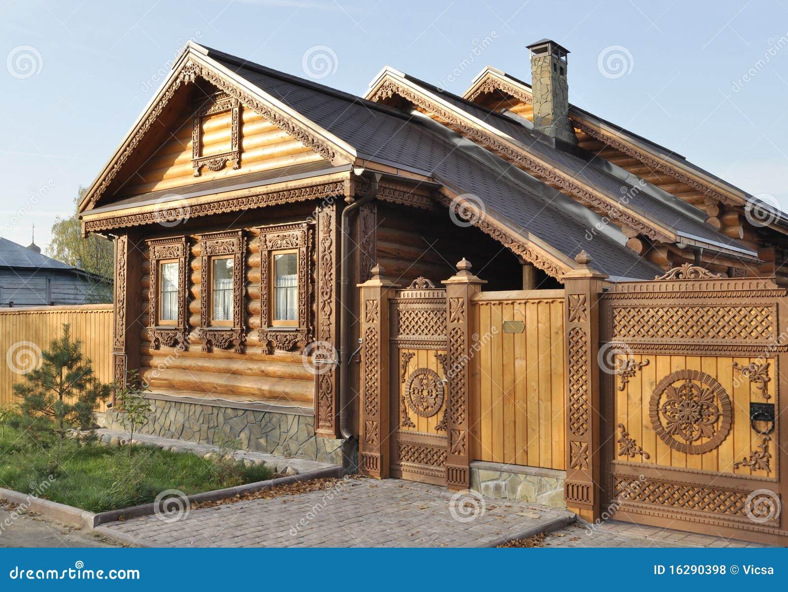 Casa de madera hermosa con el frente tallado fotos de - Casa de madera ...