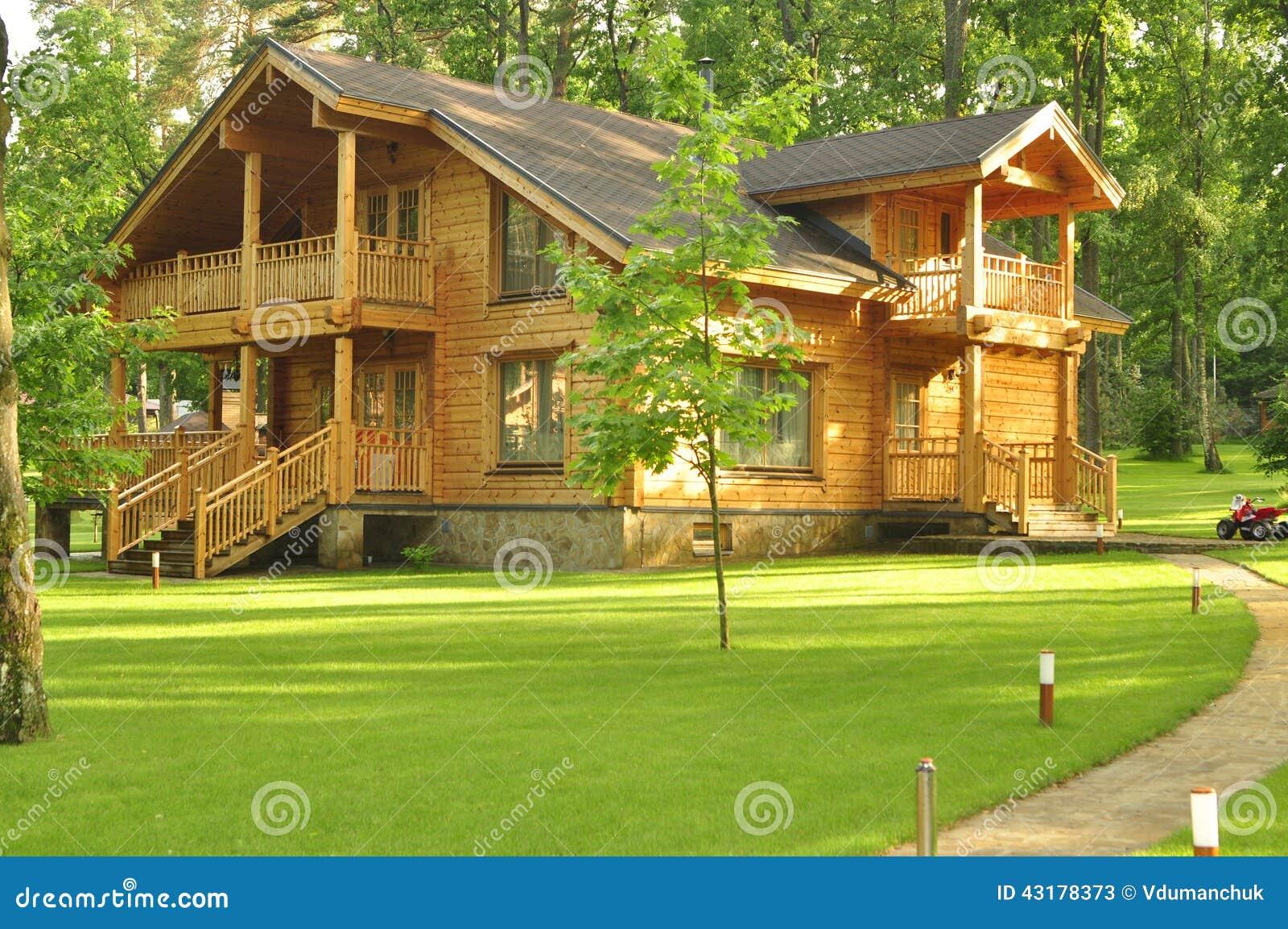 Casa de madera hermosa en el bosque foto de archivo - Casitas en el bosque ...