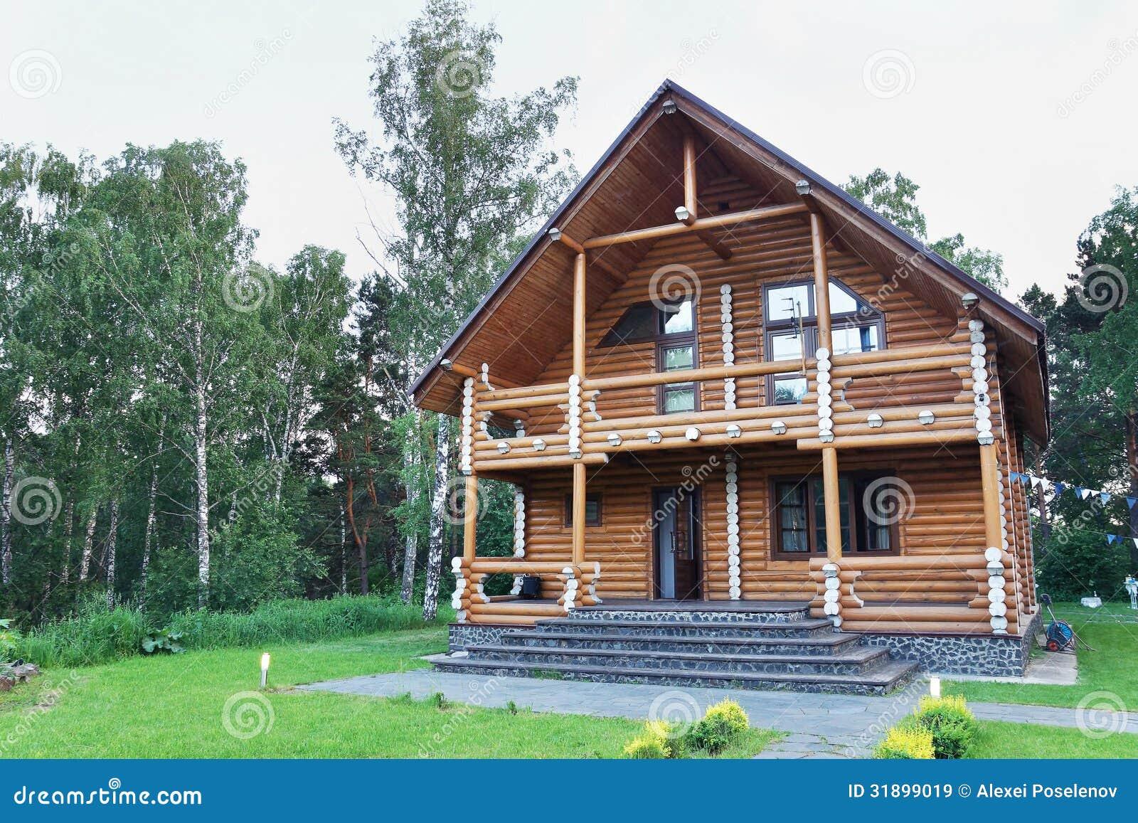 Casa de madera moderna grande hecha de registros imagen de for Casas de madera modernas