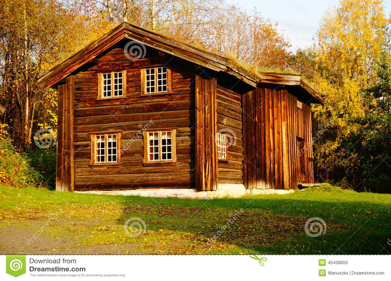 Casa de madera noruega de la granja imagen de archivo for Casas en noruega