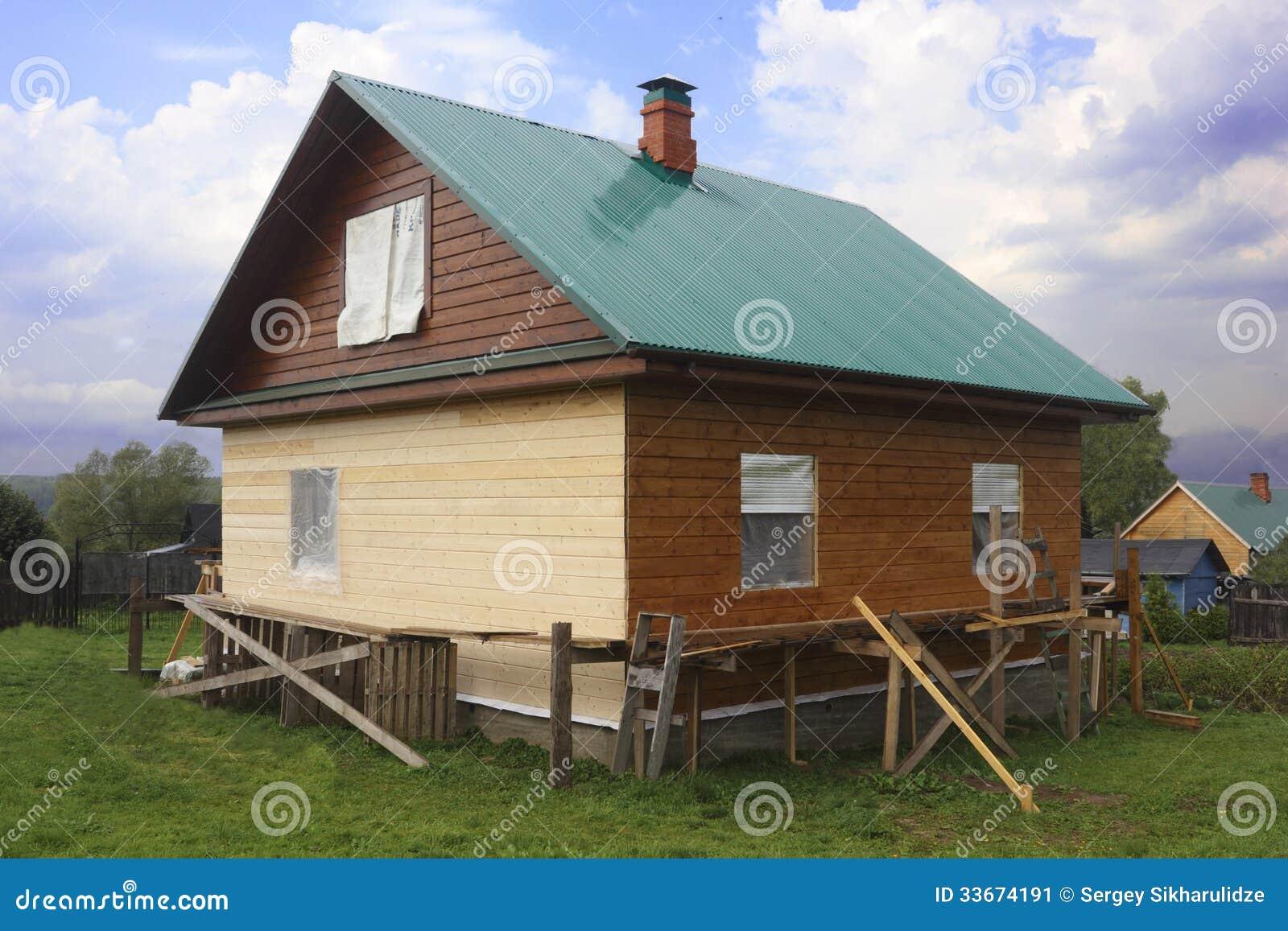 Casa de madera parcialmente pintada imagen de archivo - Casas de madera pintadas ...