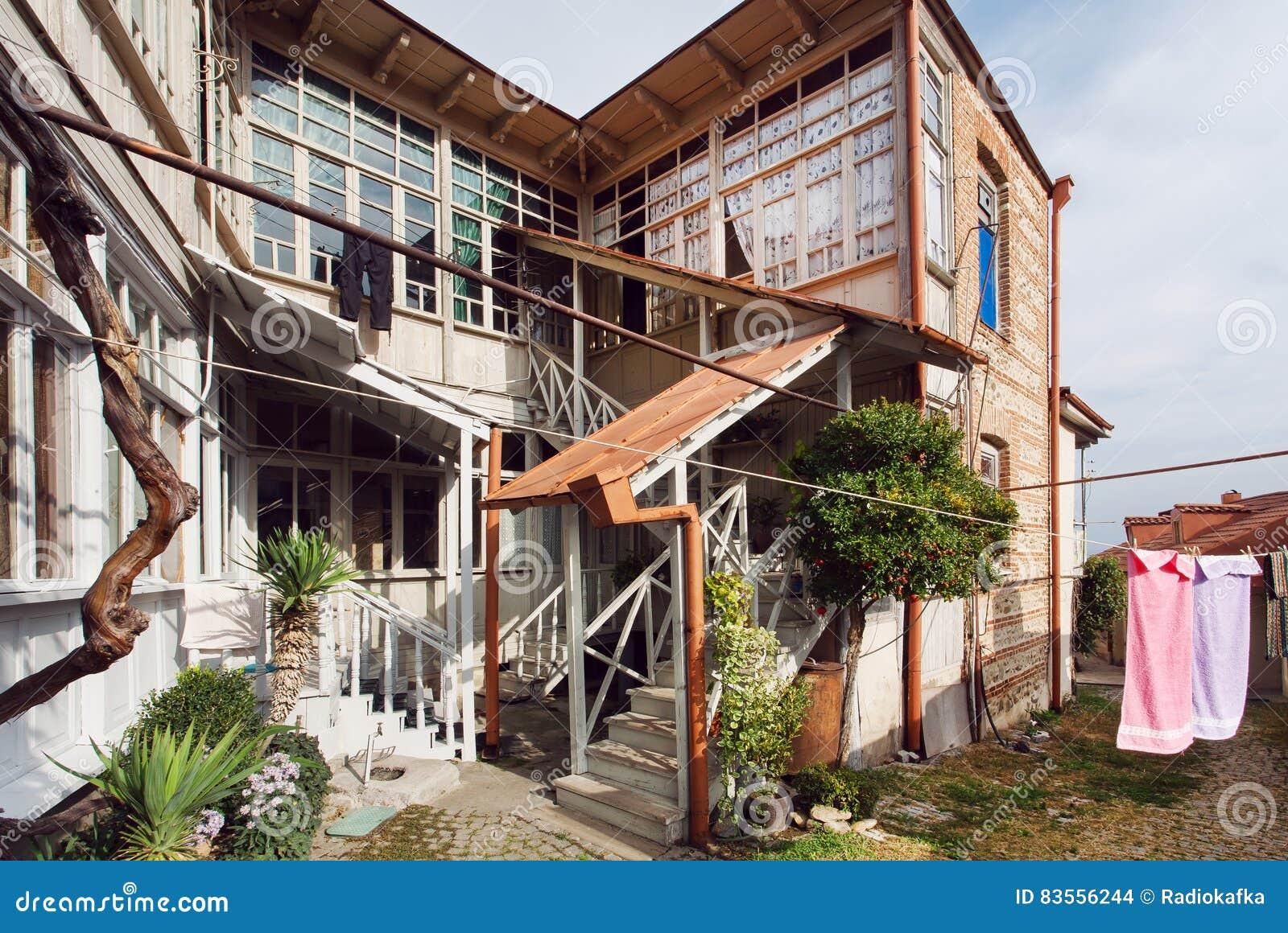 Casa de madera simple con las ventanas grandes y dos pisos for Casas de madera de dos pisos