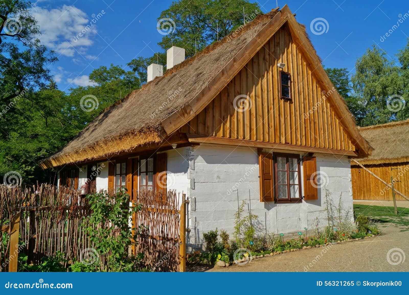 Casa de madera vieja con la azotea de la paja foto de for La casa de la azotea