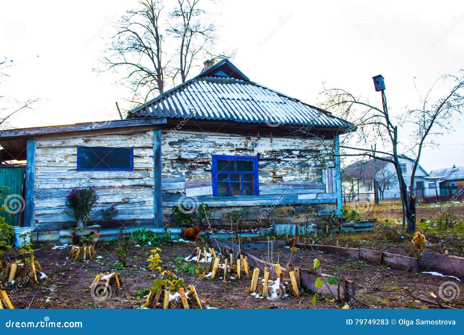 Casa de madera vieja en el pueblo