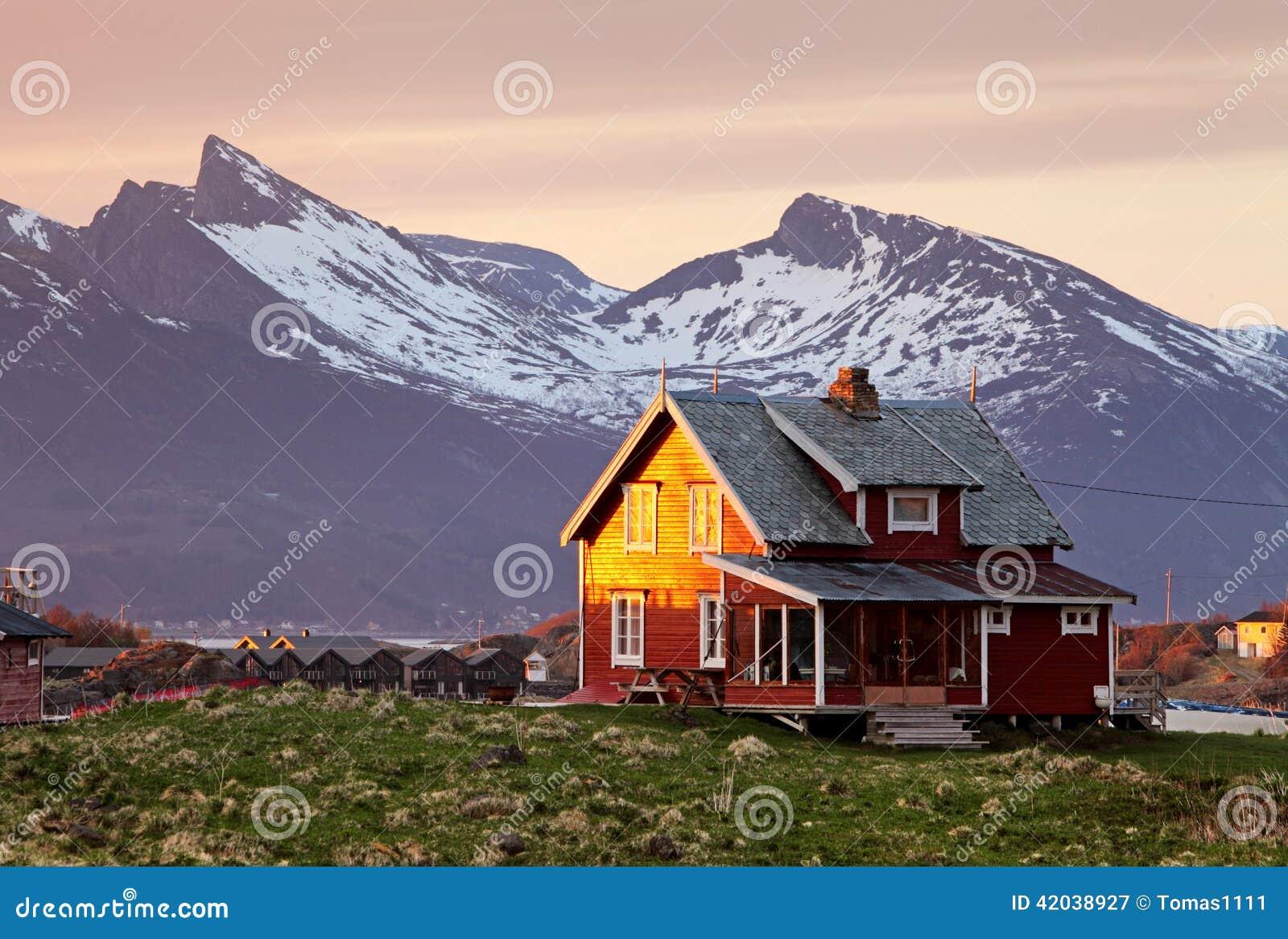 Casa de noruega con la monta a en fondo imagen de archivo for Casas en noruega