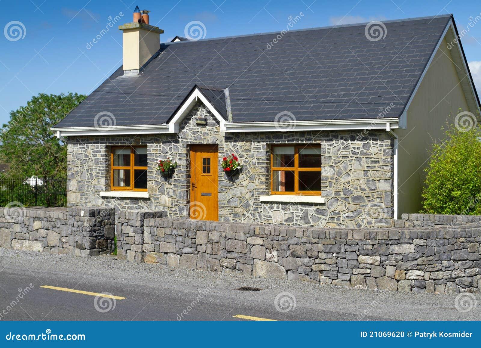 Casa de pedra irlandesa da casa de campo foto de stock for Stone cottage plans and photos