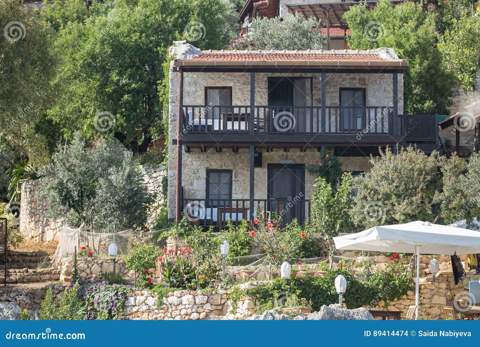 Casa de pedra velha com o balcão de madeira em Turquia