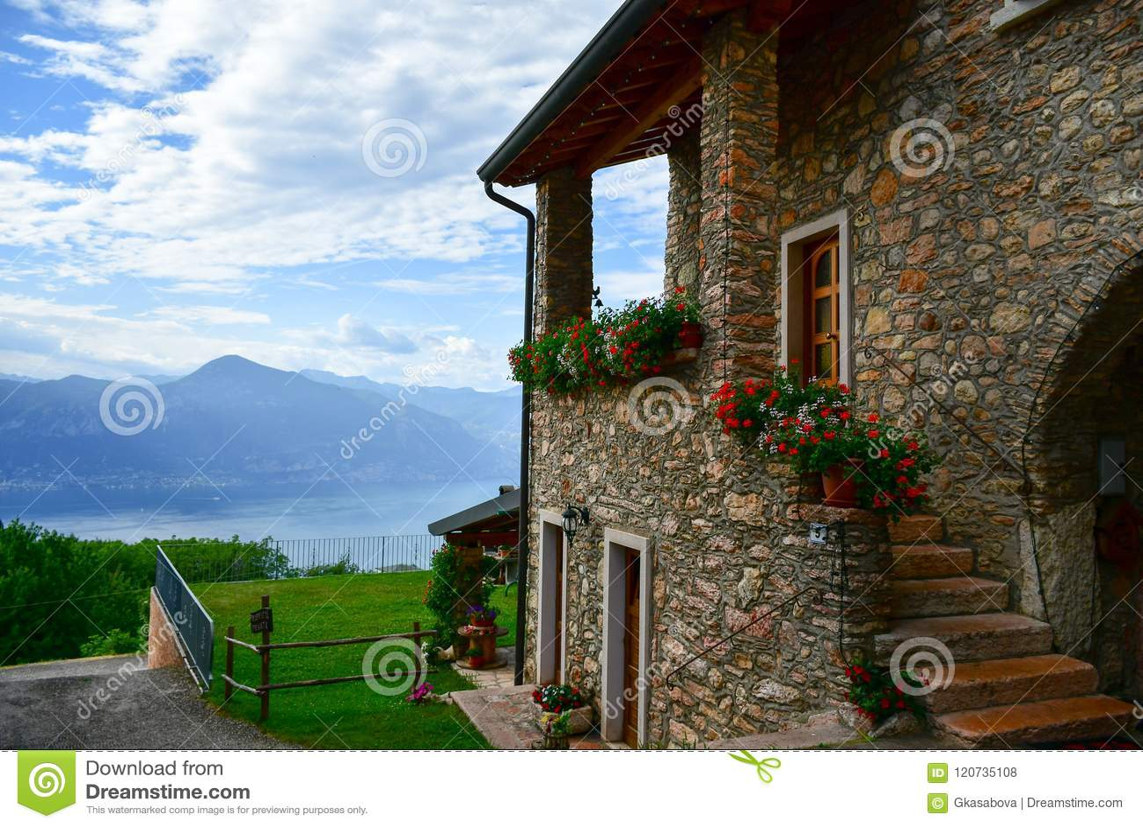Casa de piedra del verano en San Zeno di Montagna, Italia