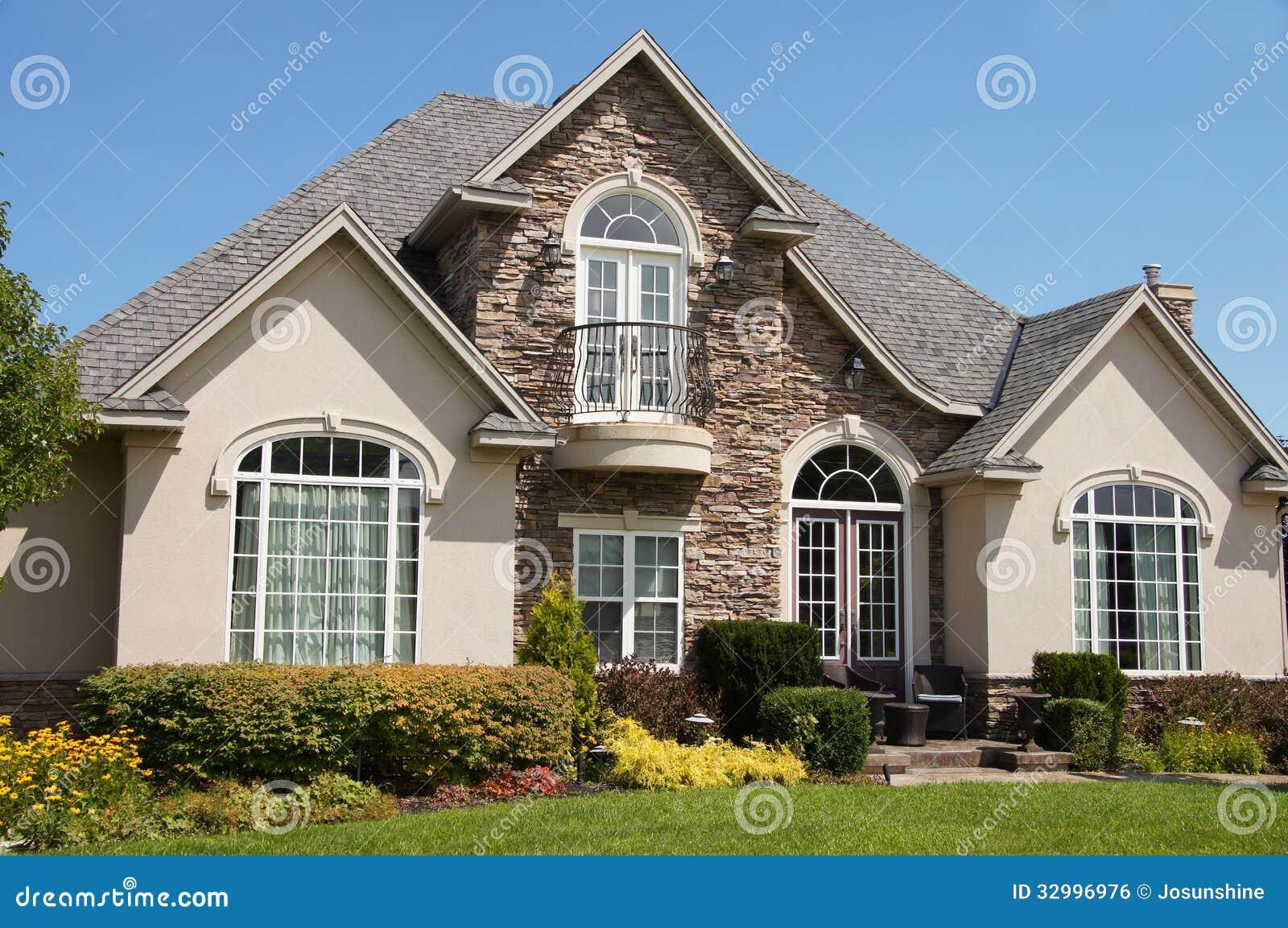 Casa de piedra Windows bonito del estuco