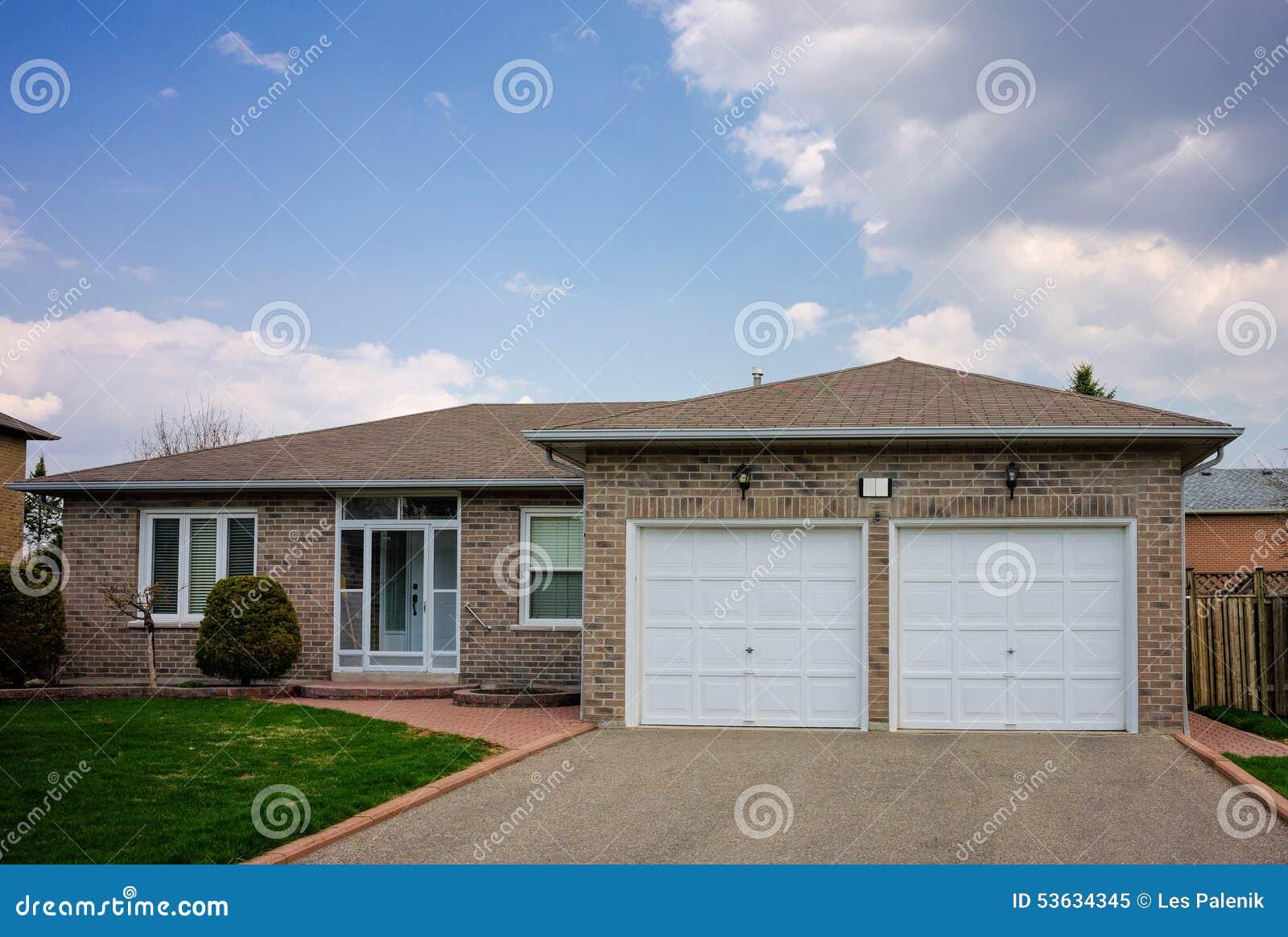 Casa de planta baja con un garaje doble foto de archivo imagen 53634345 - Vender garaje ...