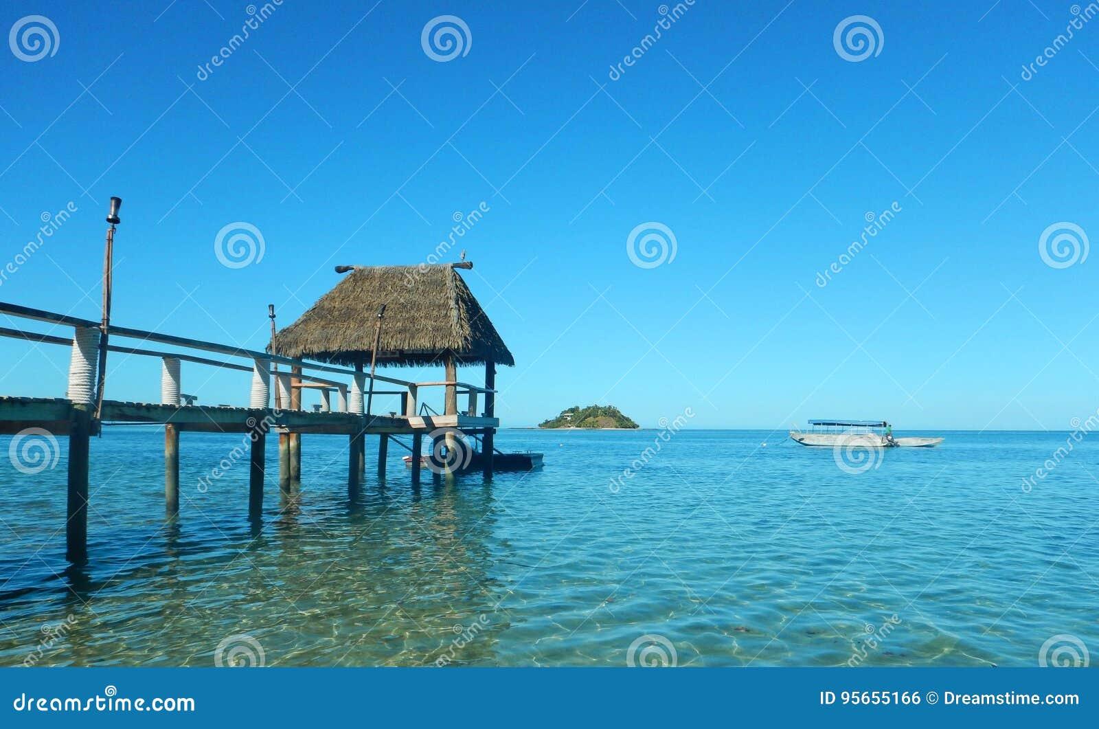 Casa de planta baja de la laguna del muelle de las Islas Fiji