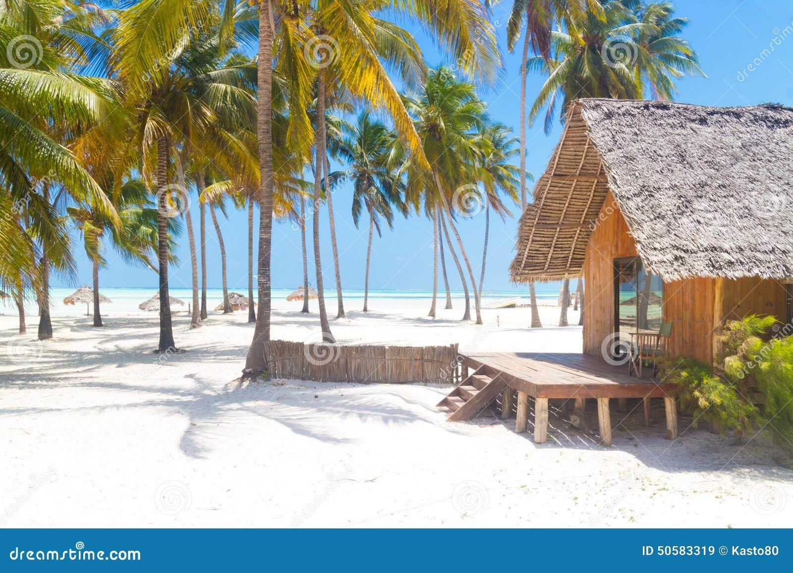 Casa De Planta Baja De Madera En La Playa Arenosa Blanca Tropical ...