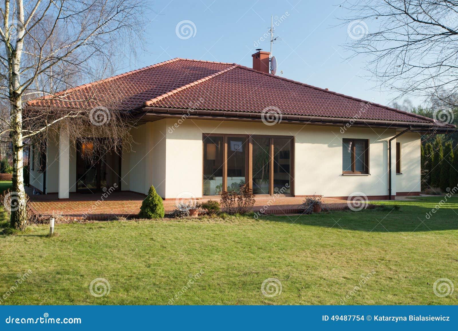 Casa de planta baja en el oto o foto de archivo imagen for Diseno casa planta baja