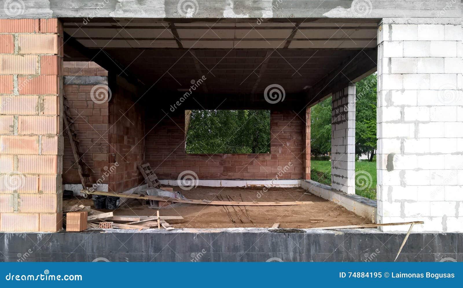 Casa de planta baja moderna bajo construcción