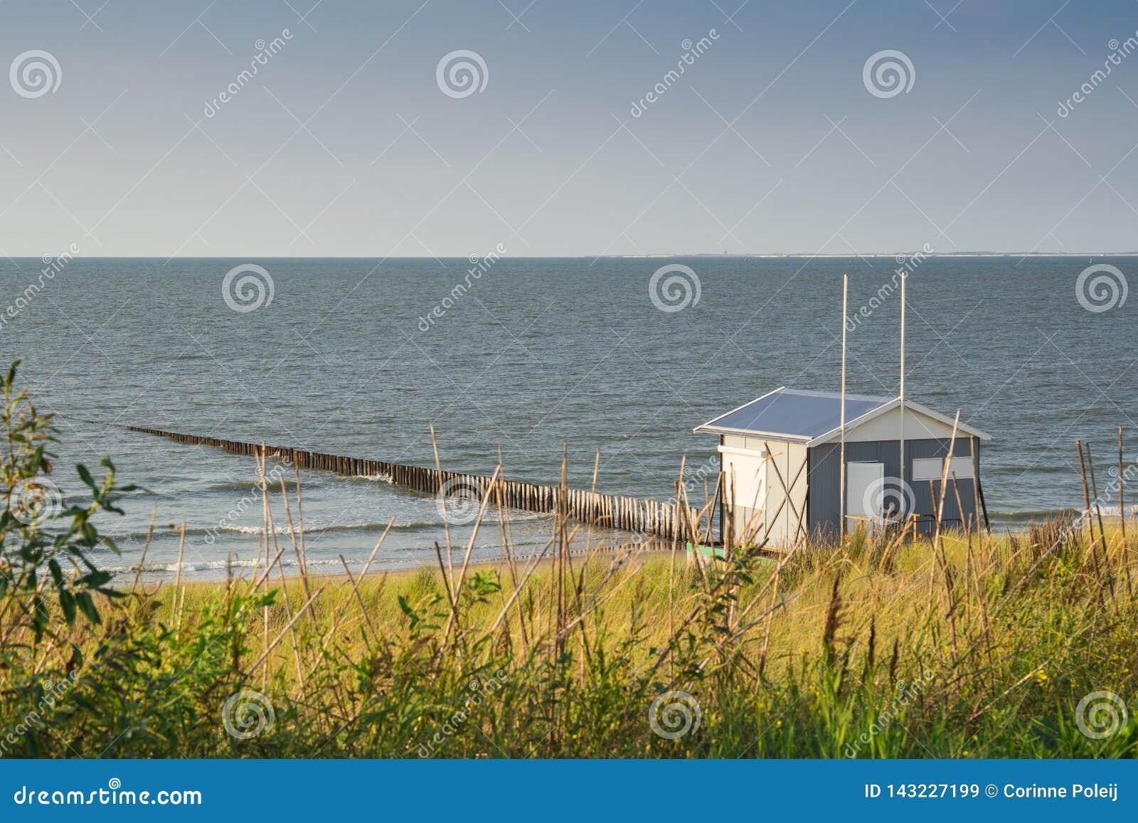 Casa de praia ao longo do litoral do Mar do Norte, mau de Cadzand, os Países Baixos